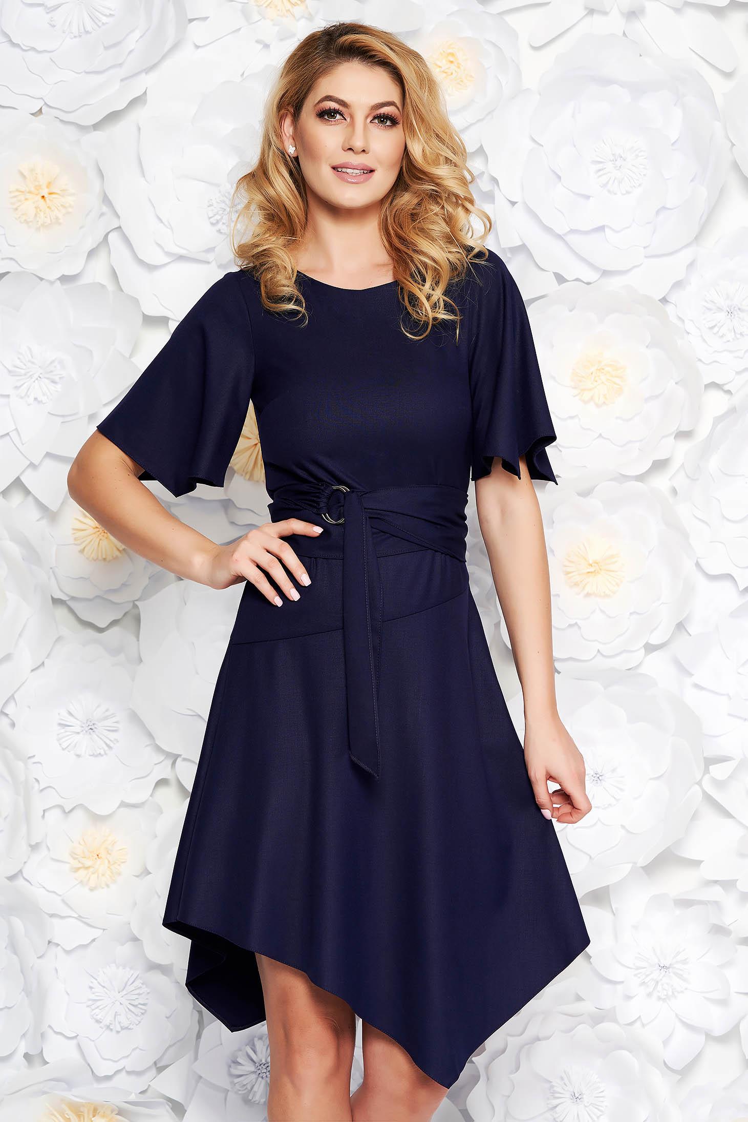 Rochie albastru-inchis de zi asimetrica din material fin la atingere accesorizata cu cordon