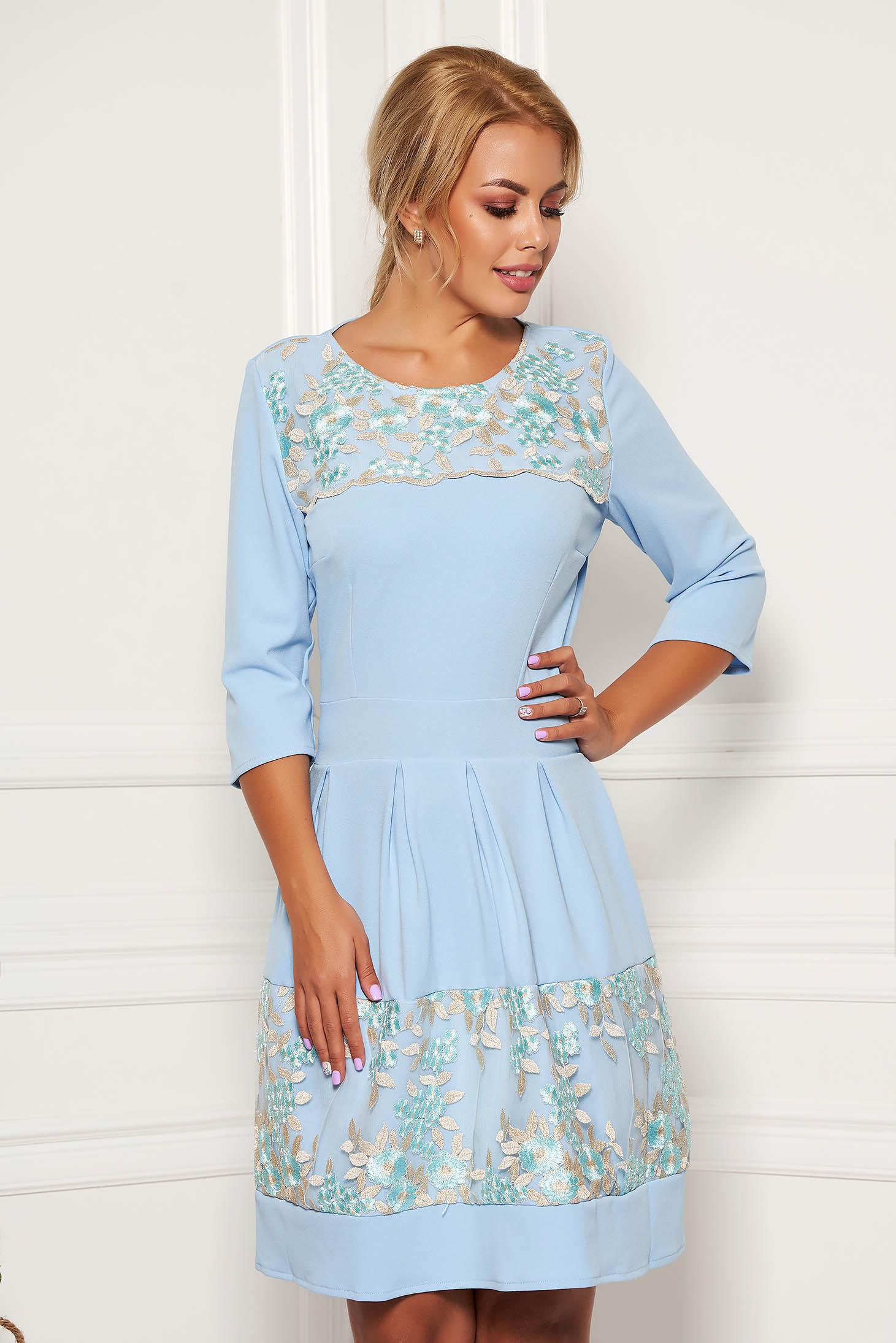 Rochie albastru-deschis eleganta in clos din scuba cu maneci trei-sferturi si decolteu la baza gatului