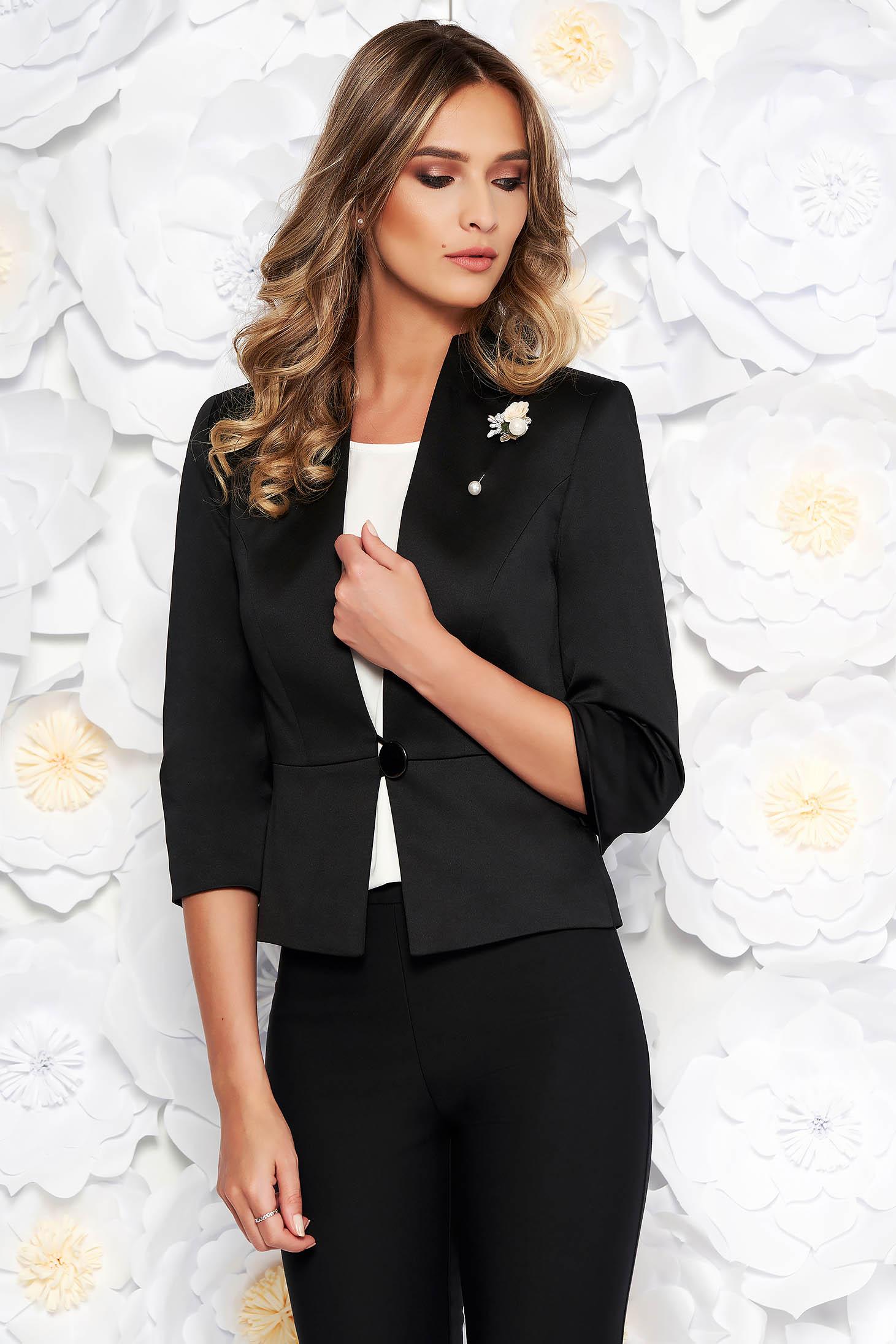 Blazer negru elegant cu un croi cambrat din material satinat captusit pe interior accesorizat cu brosa