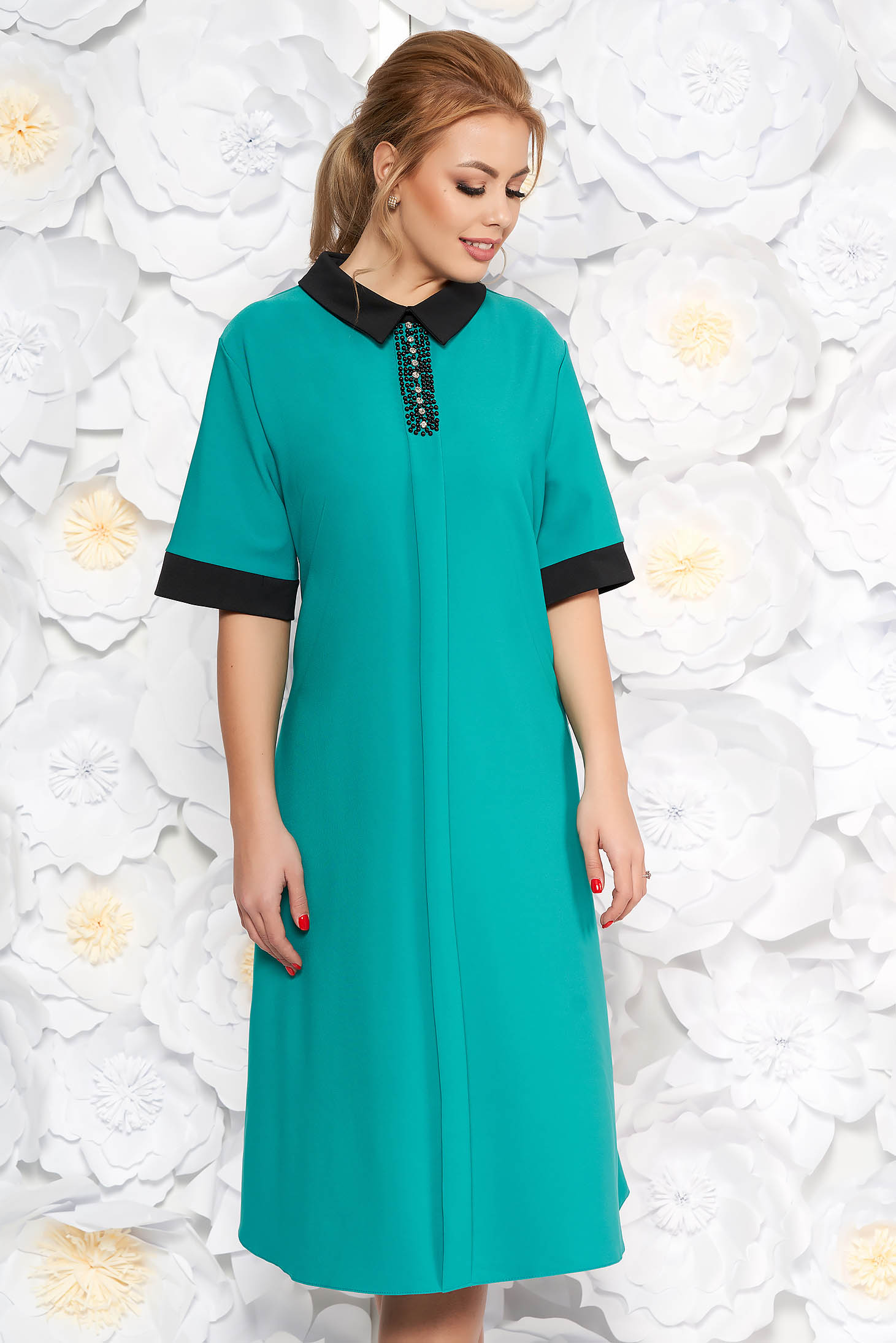 Rochie verde eleganta midi cu croi larg din material fin la atingere cu aplicatii cu margele cu buzunare