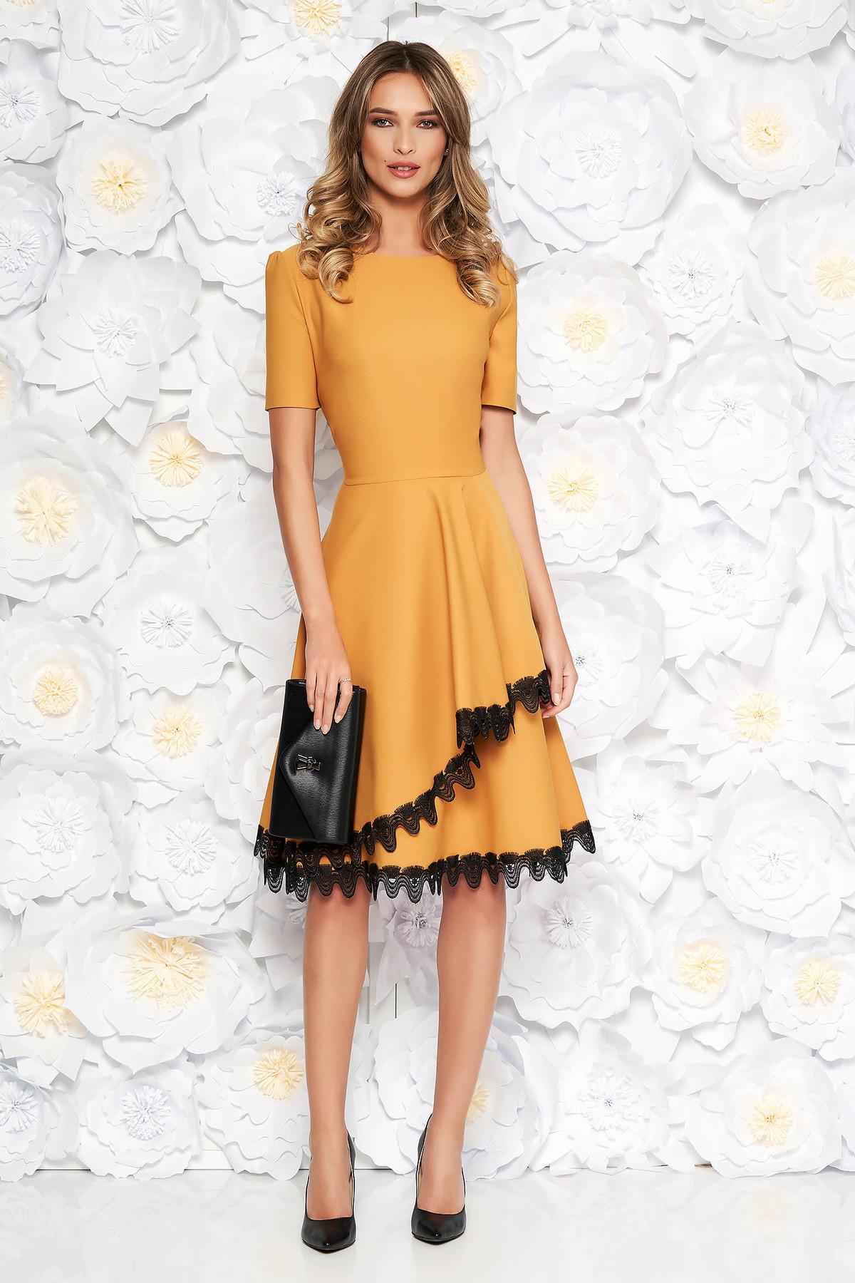Rochie mustarie eleganta midi in clos din stofa elastica subtire cu volanase cu aplicatii de dantela