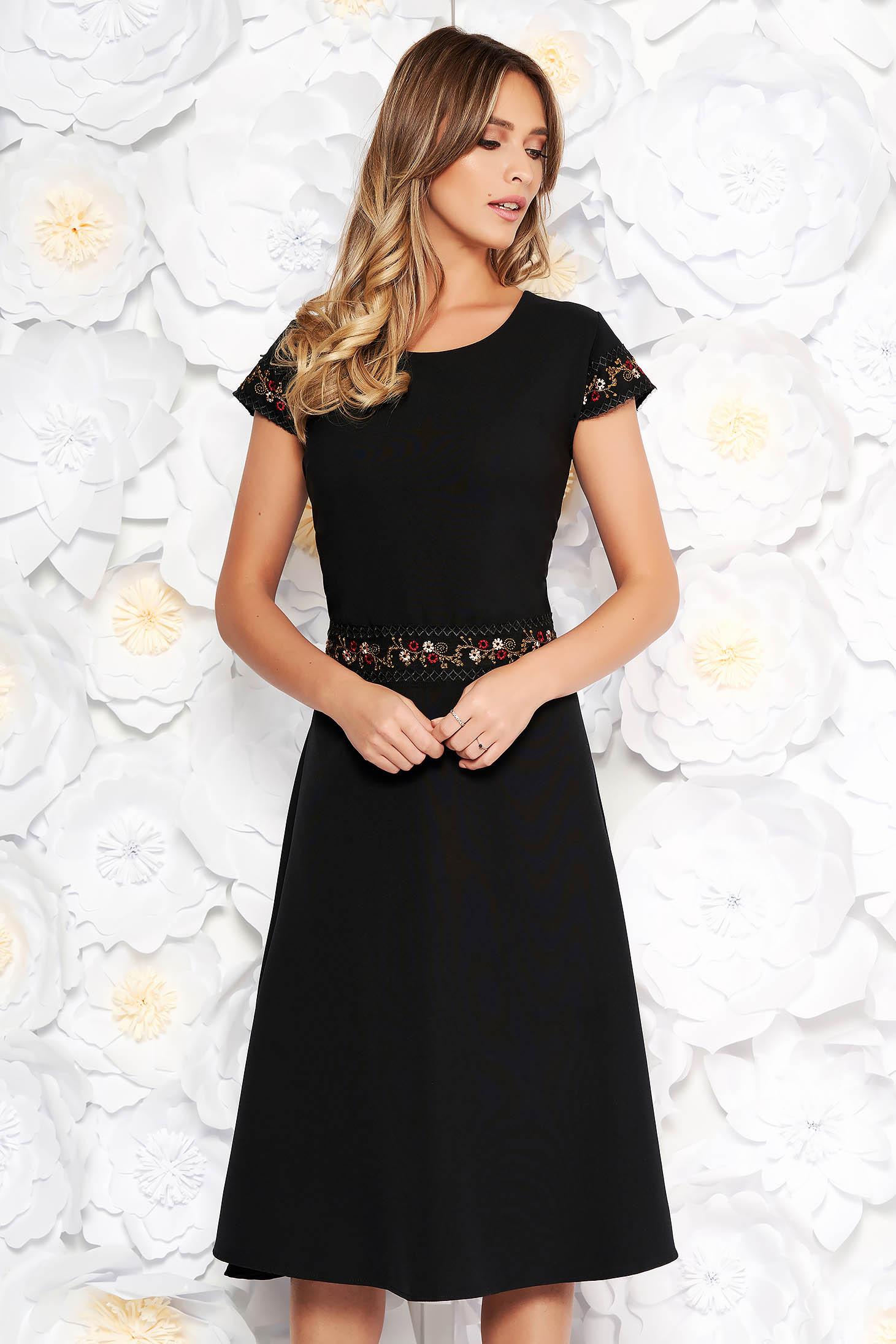 Rochie neagra eleganta midi in clos din stofa usor elastica cu insertii de broderie