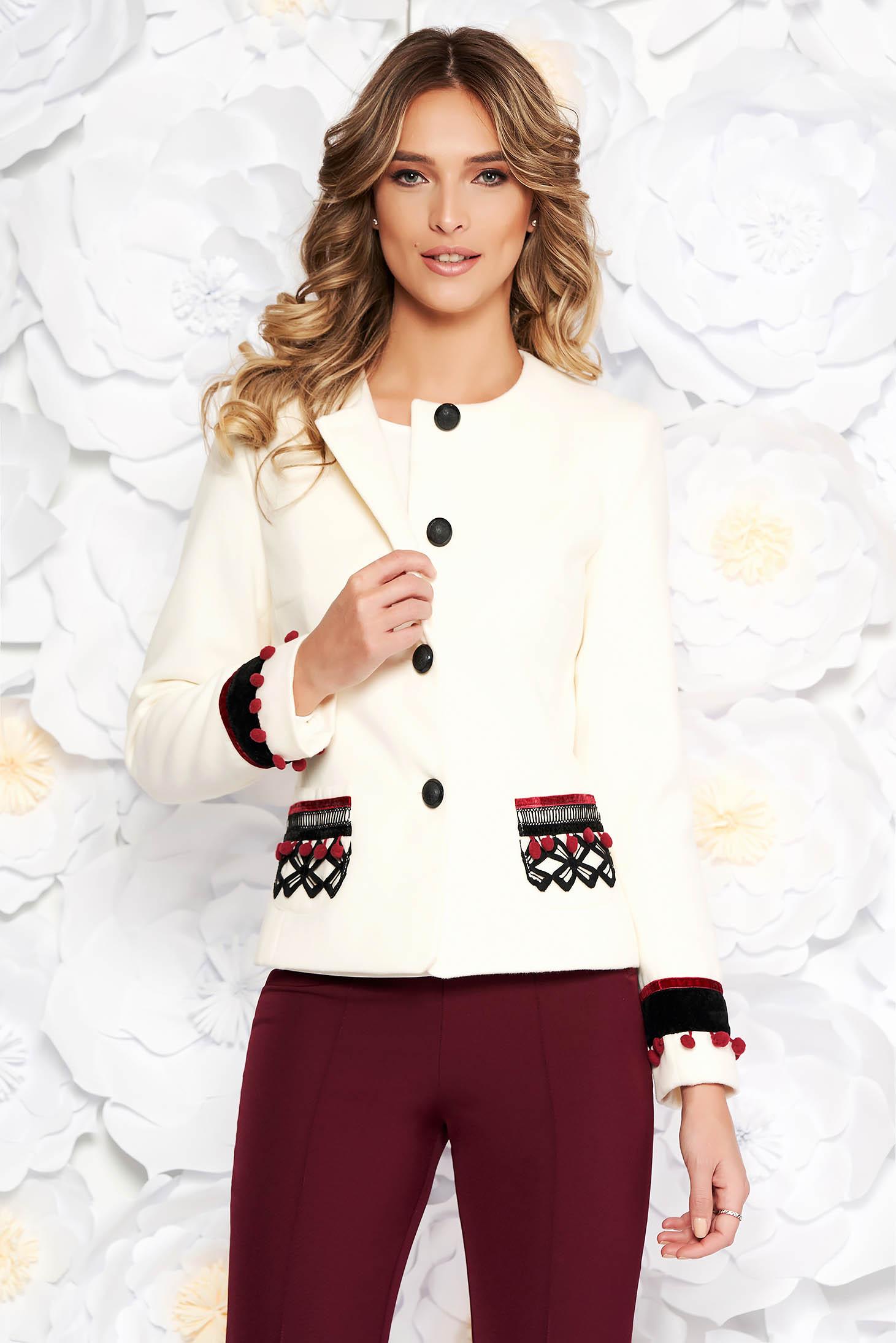 Sacou LaDonna alb elegant cu un croi cambrat din lana captusit pe interior cu aplicatii cusute manual