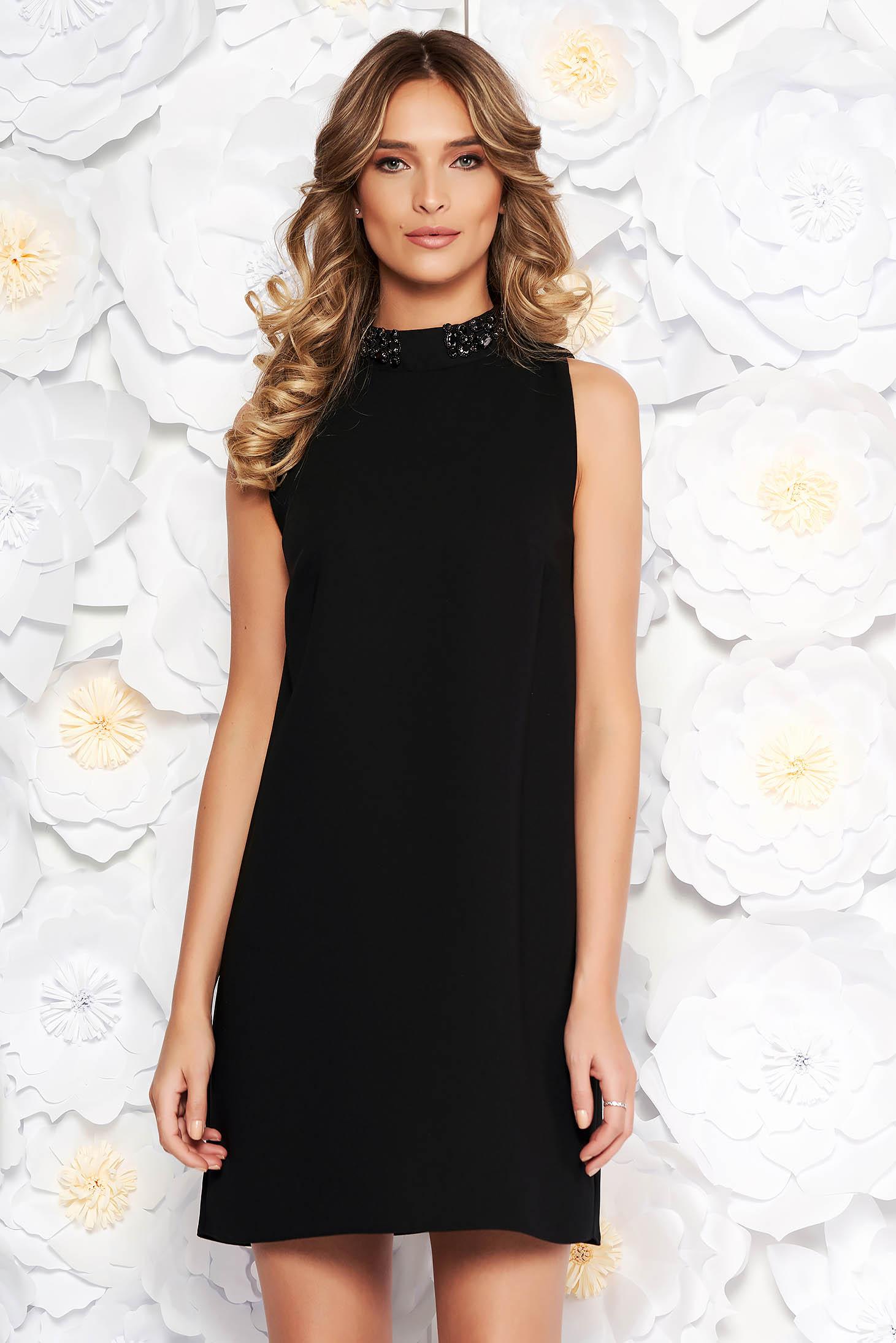 Rochie StarShinerS neagra eleganta cu un croi drept captusita pe interior cu aplicatii cu margele