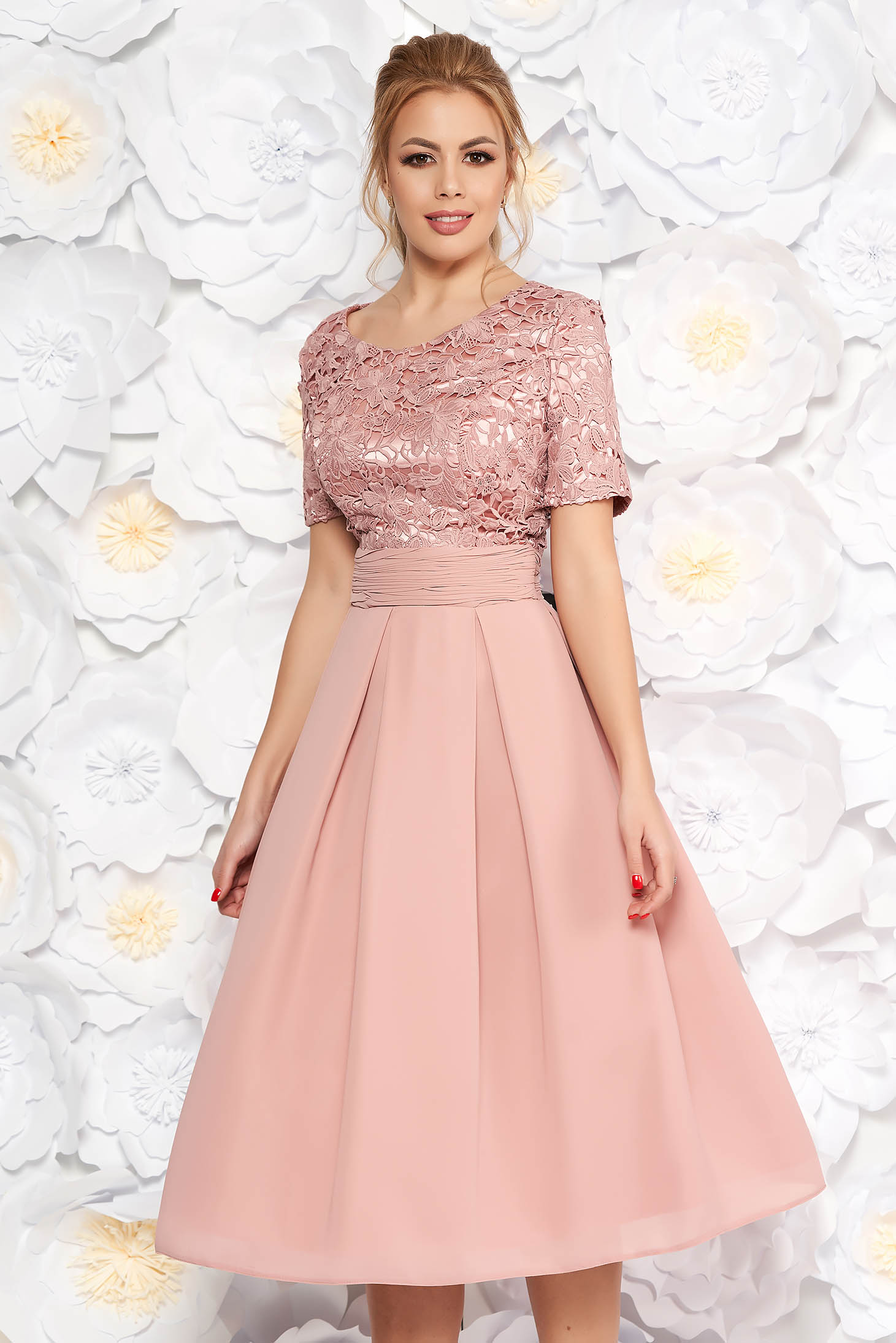 Rochie rosa de ocazie midi in clos din stofa usor elastica si dantela captusita pe interior cu spatele decupat