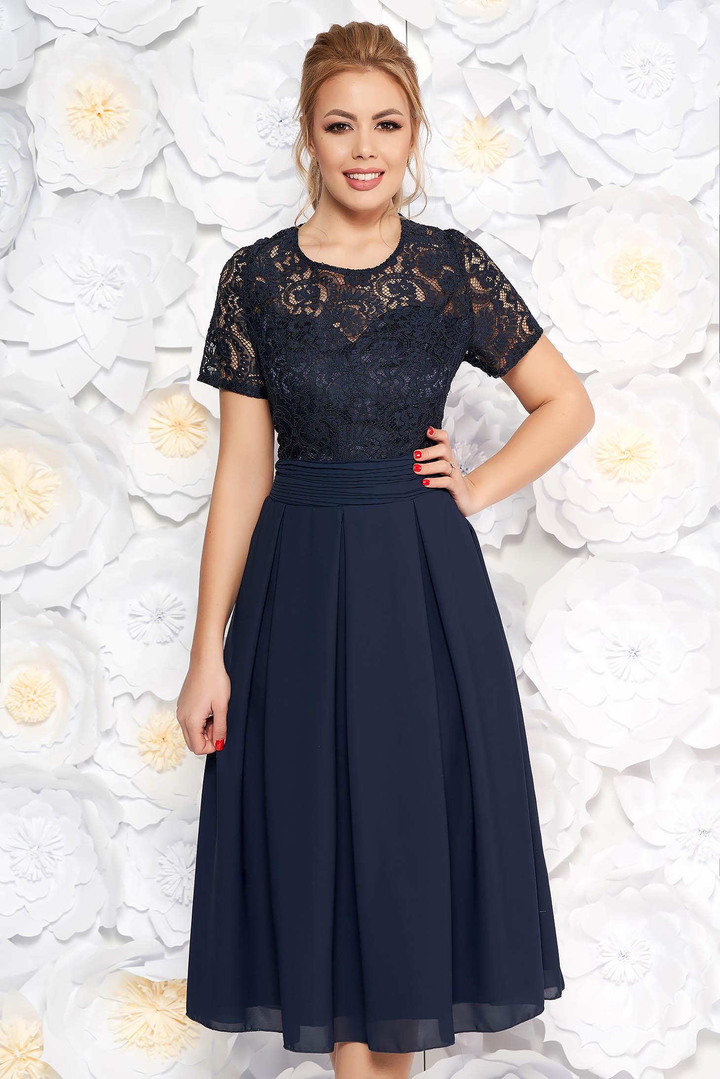 Rochie albastra-inchis de ocazie midi in clos din stofa usor elastica si dantela captusita pe interior cu spatele decupat