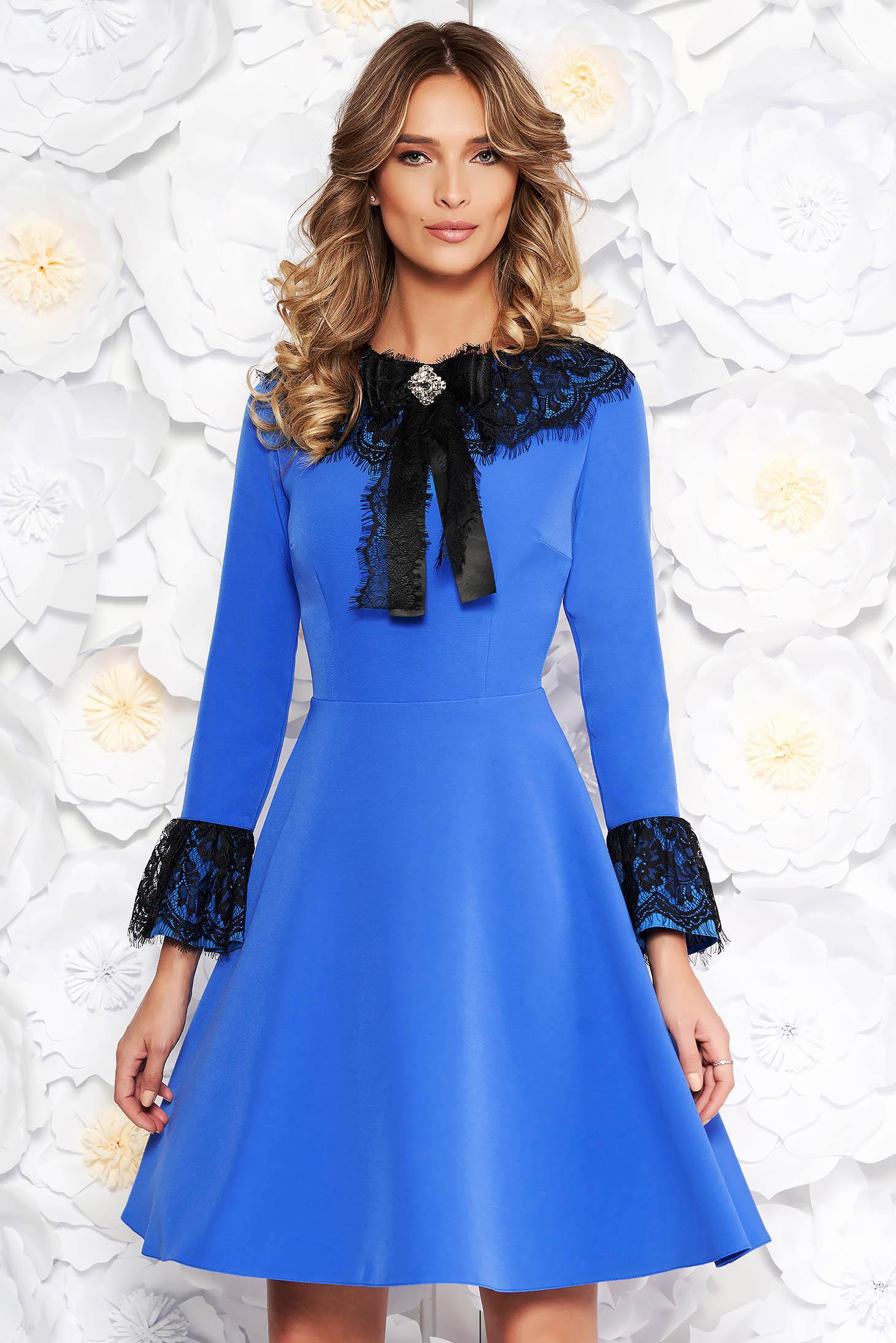 Rochie albastra eleganta in clos din stofa subtire usor elastica captusita pe interior cu aplicatii de dantela