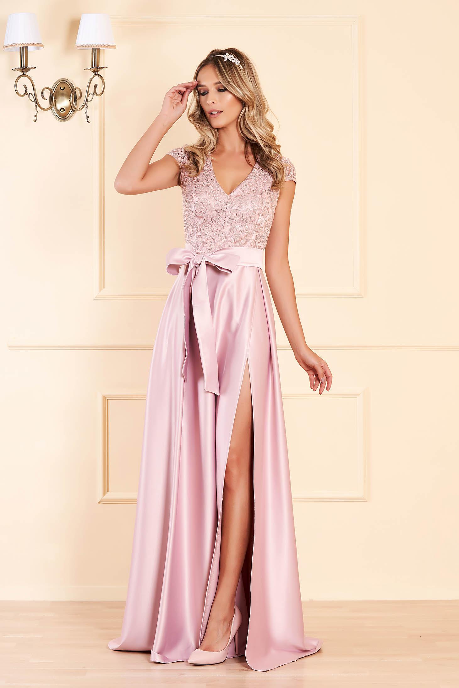 Rochie rosa de ocazie in clos cu decolteu in v din material satinat din dantela cu bust buretat