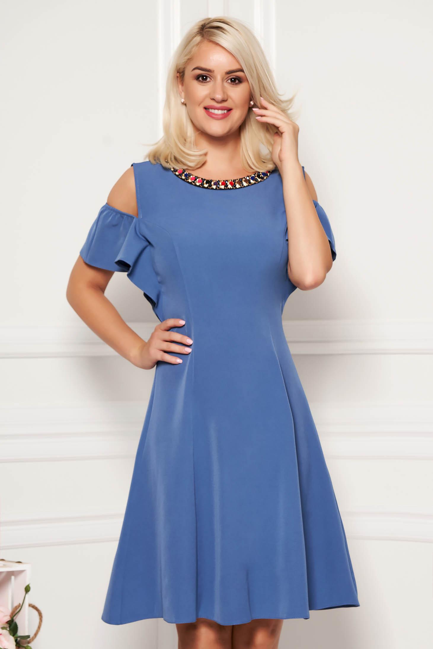 Rochie albastru-deschis de zi in clos din material fin la atingere cu aplicatii metalice si umeri decupati