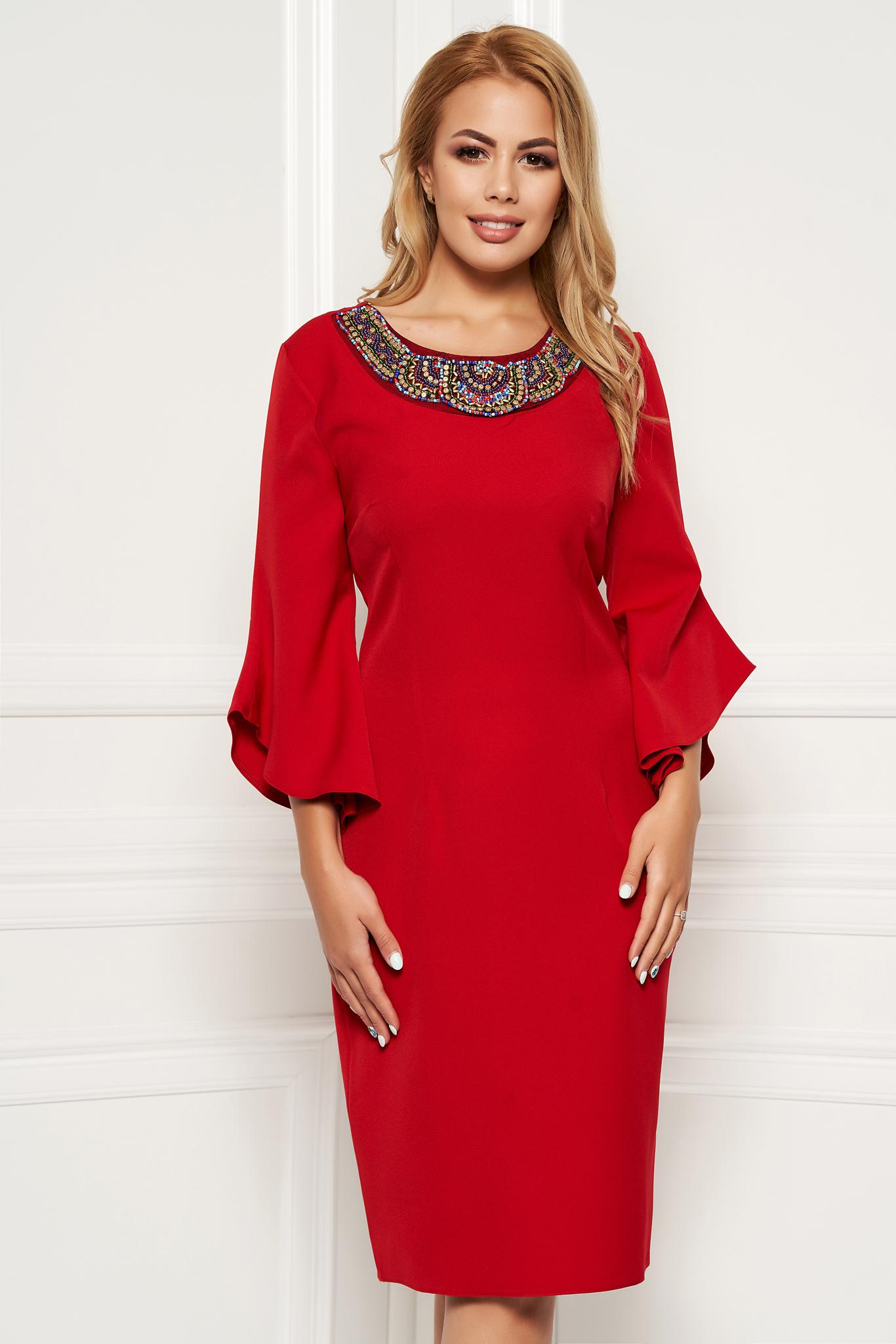 Rochie rosie eleganta tip creion din stofa subtire usor elastica cu maneci trei-sferturi cu aplicatii cu margele