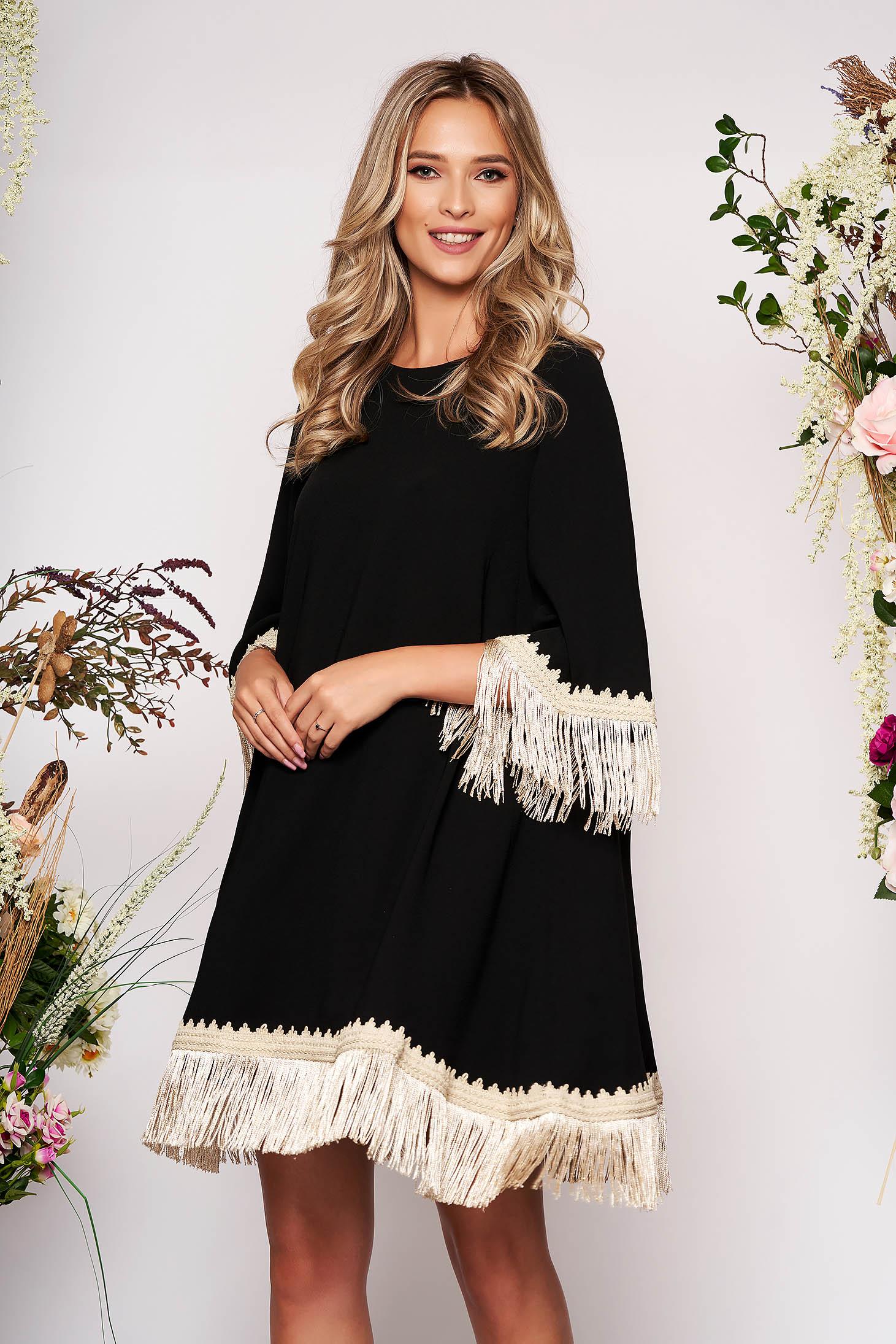 Rochie LaDonna neagra eleganta cu croi larg din stofa neelastica cu franjuri si maneca trei sferturi
