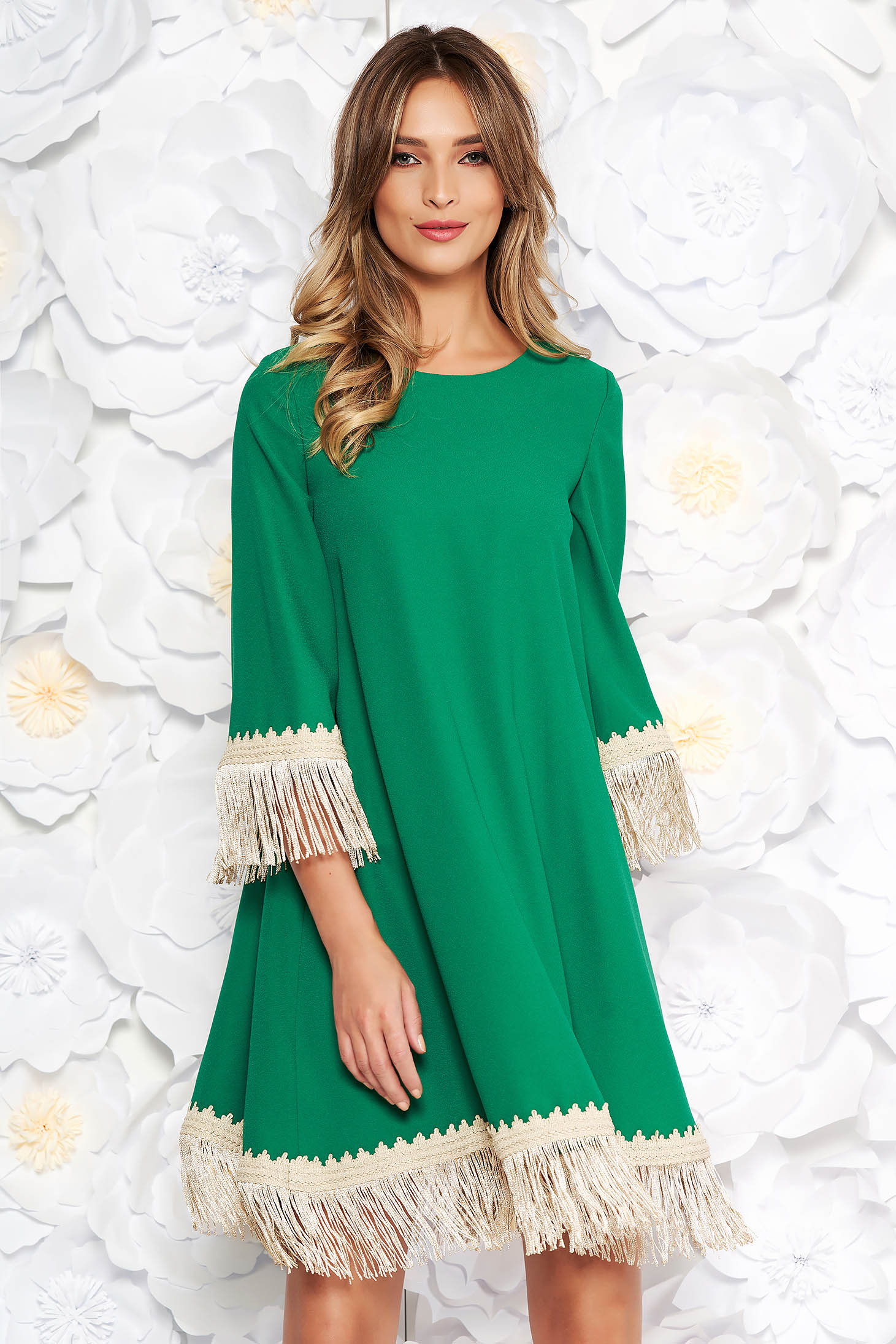 Zöld LaDonna elegáns bő szabású ruha rugalmatlan szövet rojtos 3/4-es ujjakkal