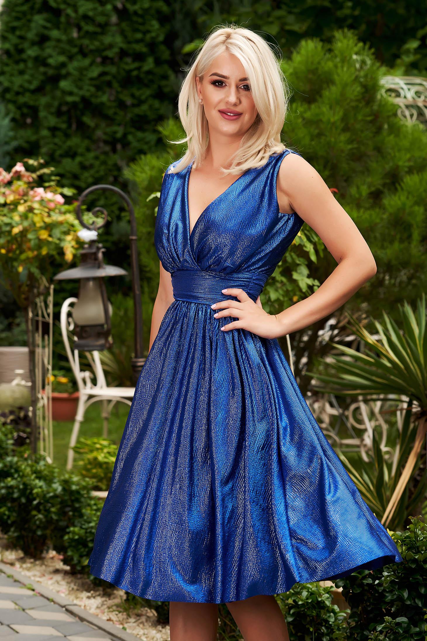 Rochie StarShinerS albastra midi de ocazie cu croi in clos cu decolteu in v fara maneci