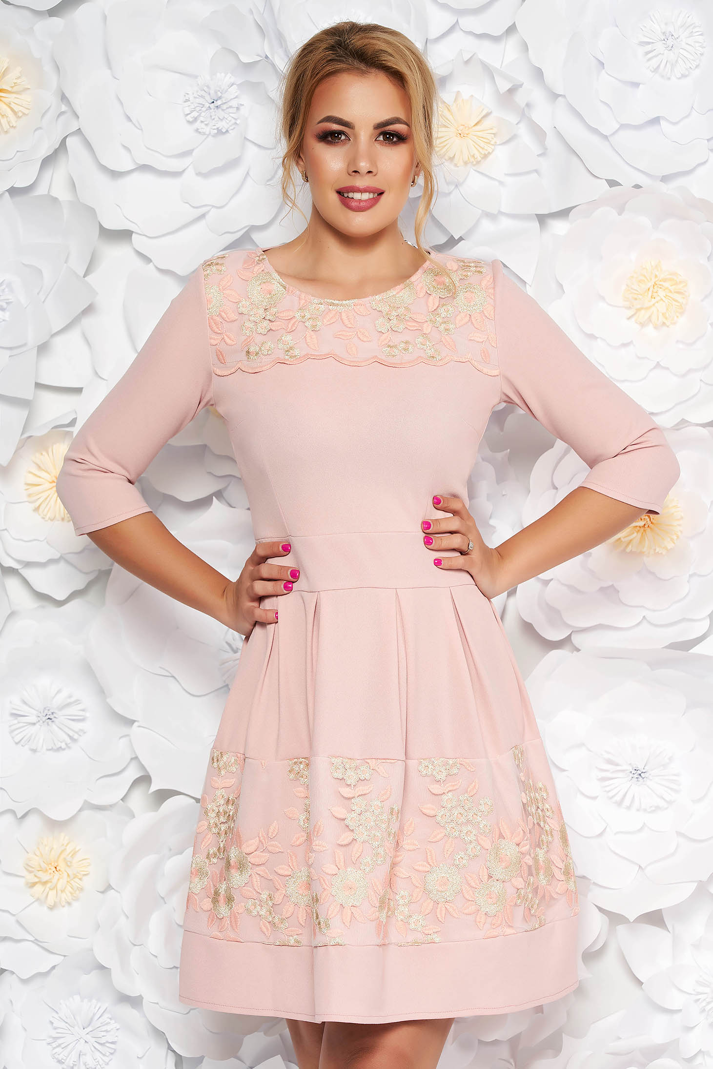 Rochie rosa eleganta in clos din material usor elastic cu insertii din dantela