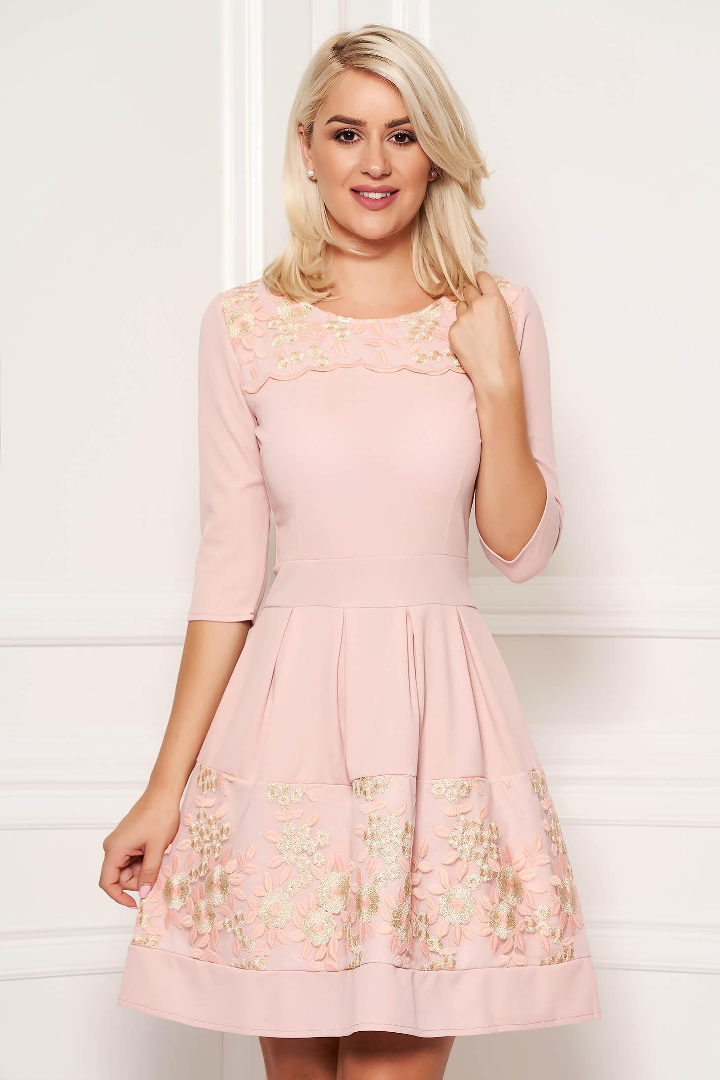 Rochie roz deschis eleganta in clos din scuba cu maneci trei-sferturi si decolteu la baza gatului