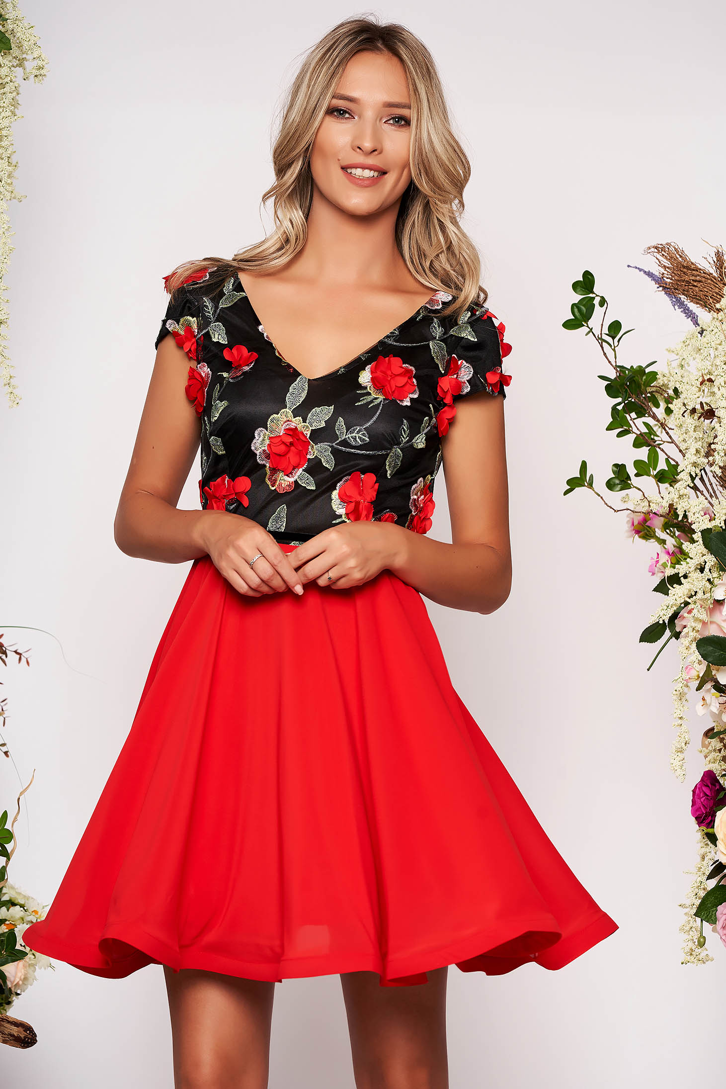 Piros StarShinerS alkalmi harang ruha fátyol anyag v-dekoltázzsal hímzett virágos díszek 3d effekt