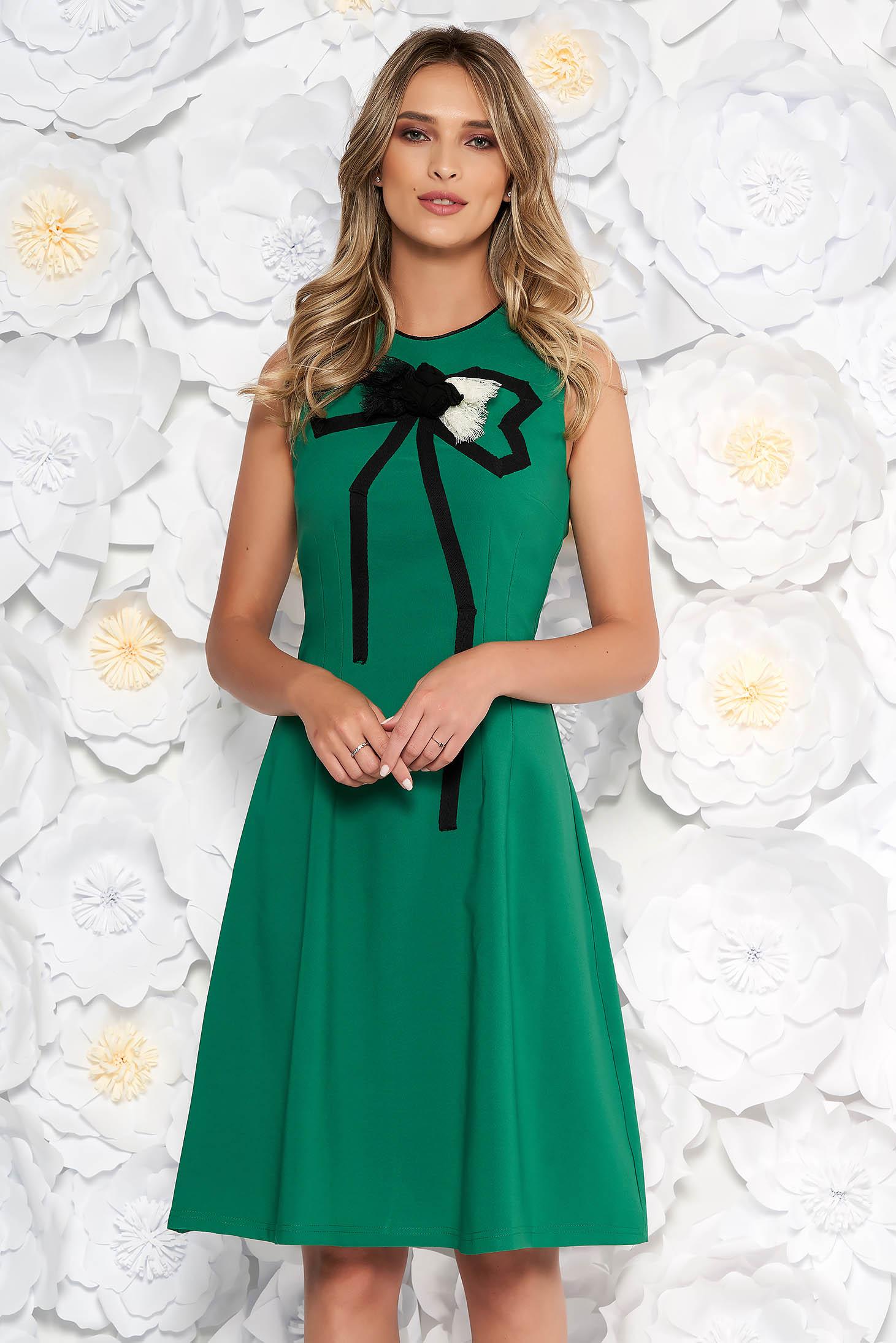 Rochie verde eleganta in clos din material usor elastic cu aplicatii cusute manual