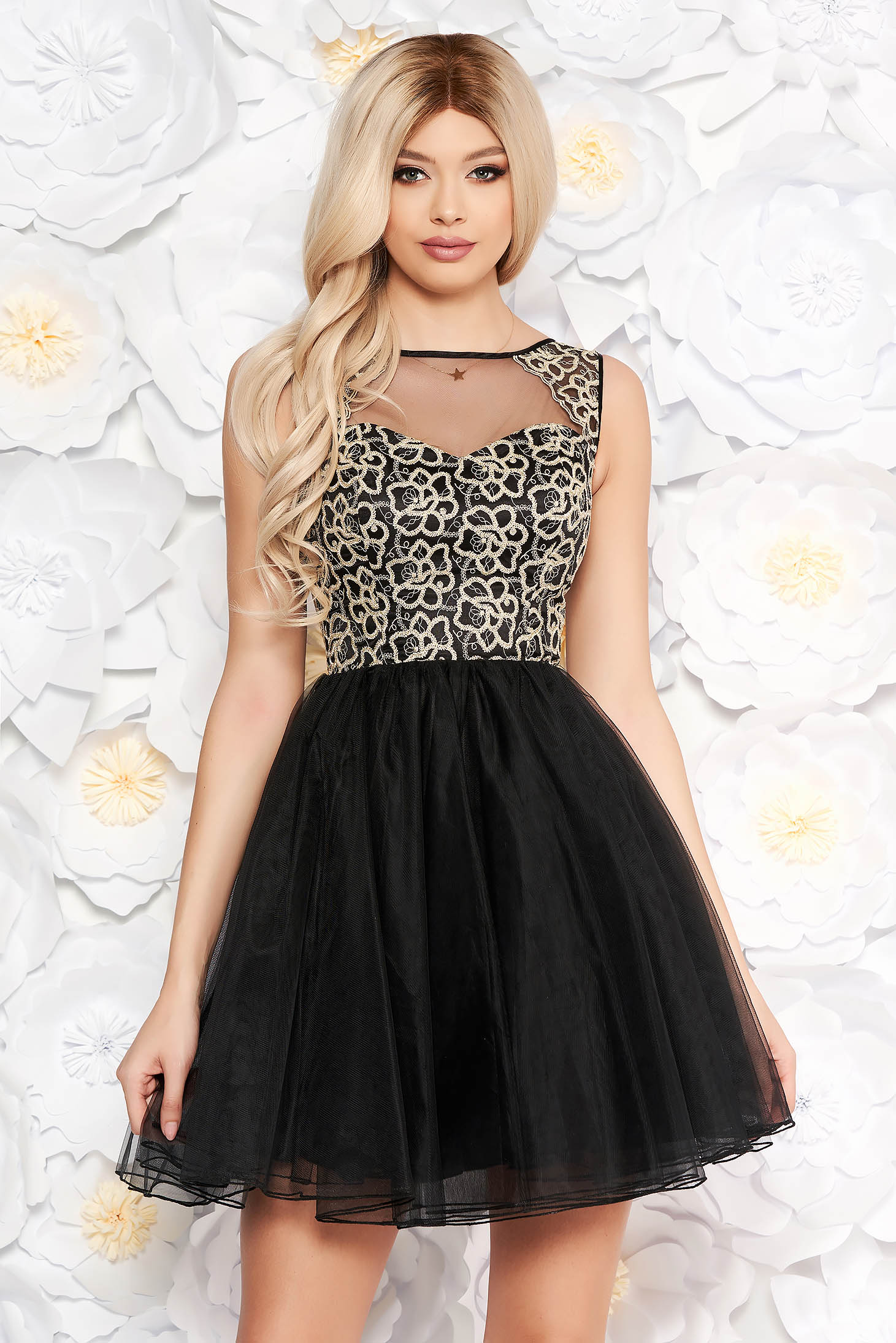 Deréktól bővülő szabású fekete ruha fátyol csipke díszítéssel