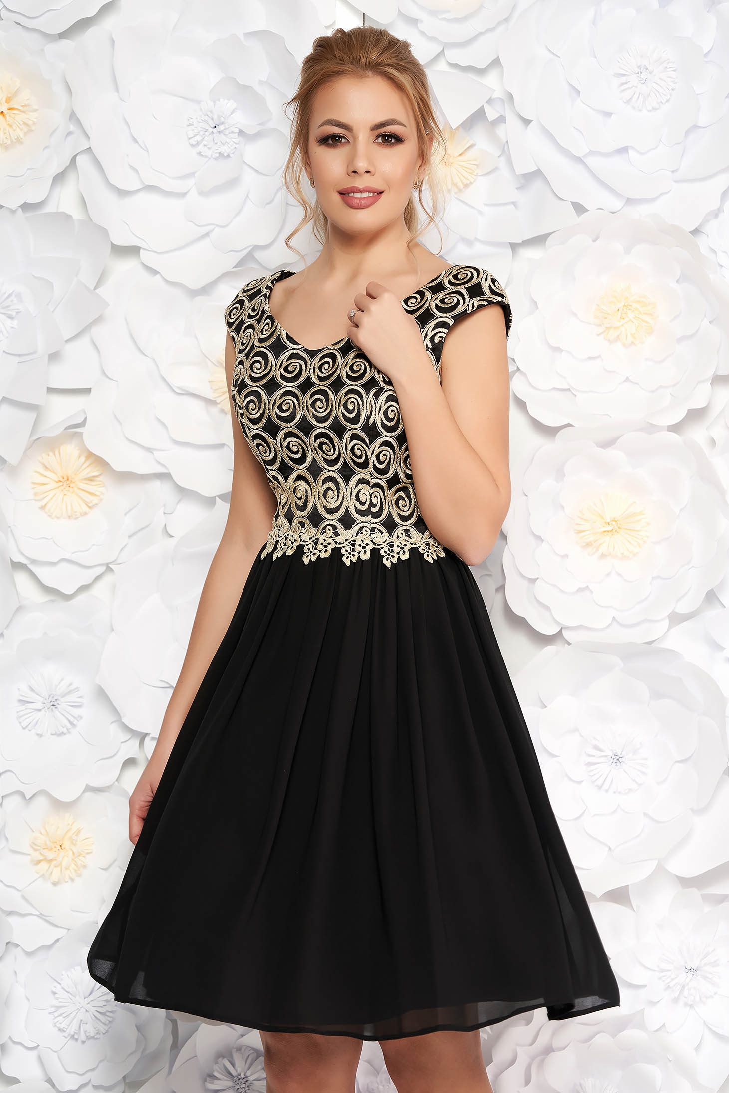 Deréktól bővülő szabású fekete ruha