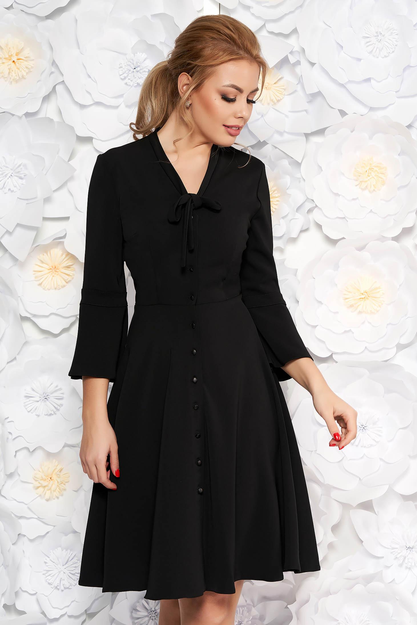 Fekete elegáns hétköznapi ruha gomb kiegészítőkkel deréktól bővülő szabás