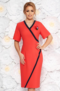 Coral elegant pencil dress with v-neckline cloth accessorized with breastpin