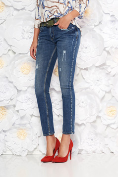 Blue with medium waist jeans cotton with straight cut accessorized with belt