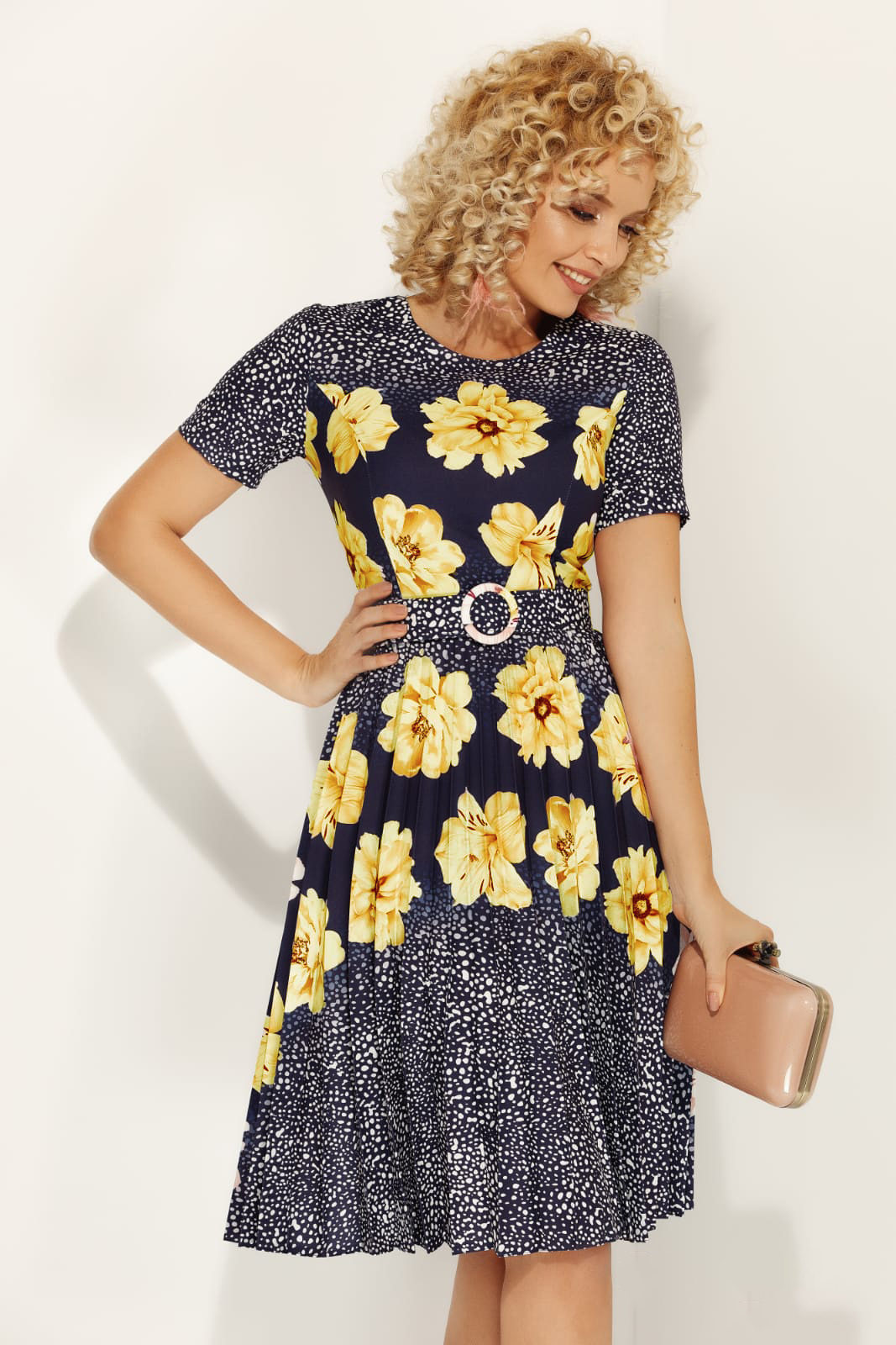 Rochie Fofy galbena de zi in clos din material usor elastic cu imprimeu floral si accesoriu tip curea