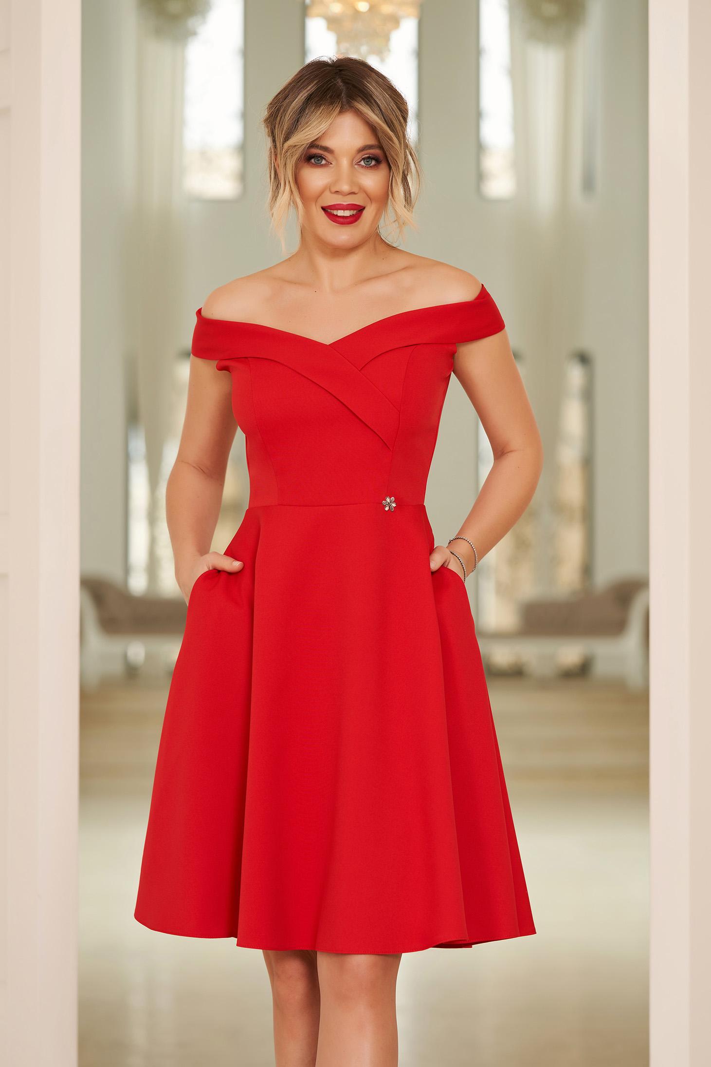 Rochie StarShinerS rosie de ocazie eleganta in clos cu decolteu cu umeri goi din stofa elastica subtire