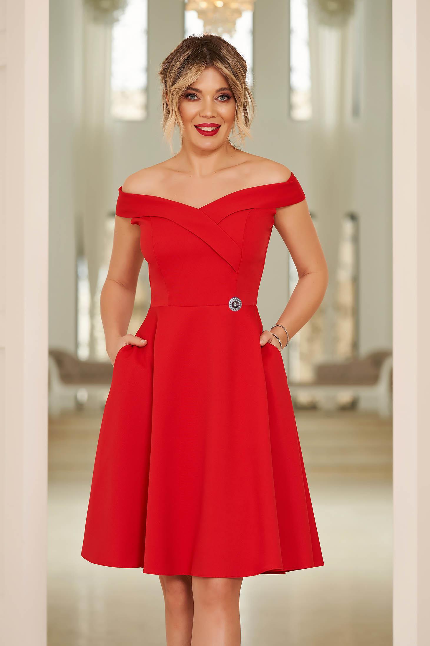 Rochie StarShinerS rosie de ocazie in clos din stofa elastica subtire cu umeri goi