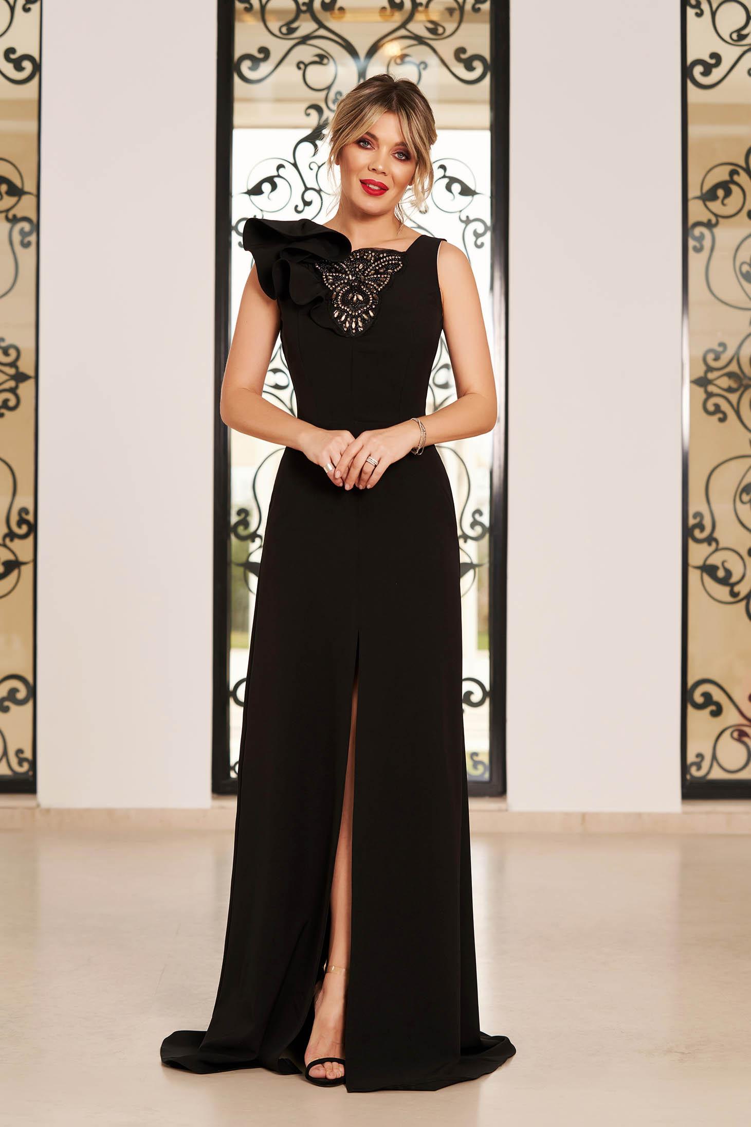 Rochie StarShinerS neagra de lux lunga din stofa cu volanase la maneca si pietre strass