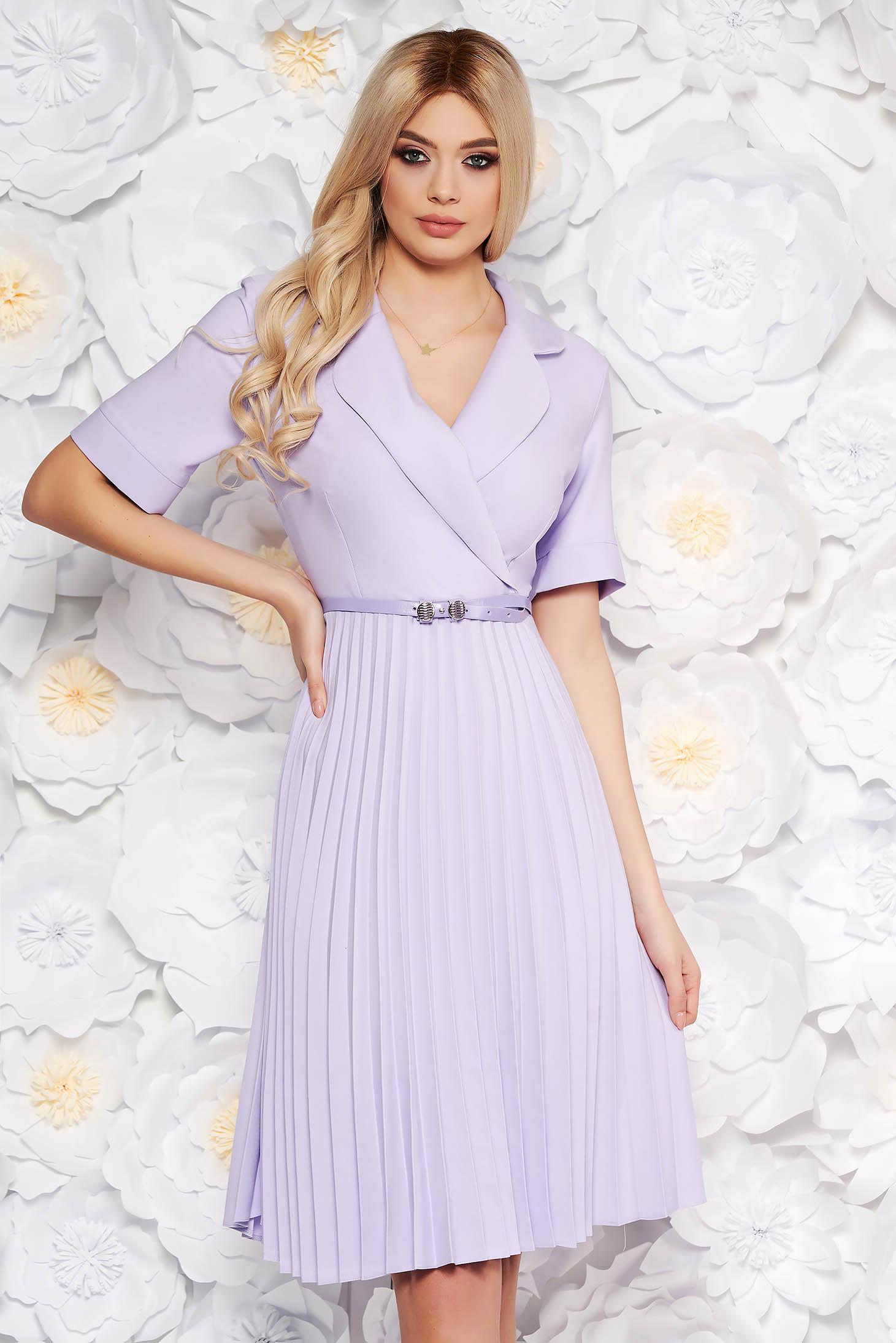 Rochie lila de zi eleganta in clos cu decolteu in v cu accesoriu tip curea din material vaporos