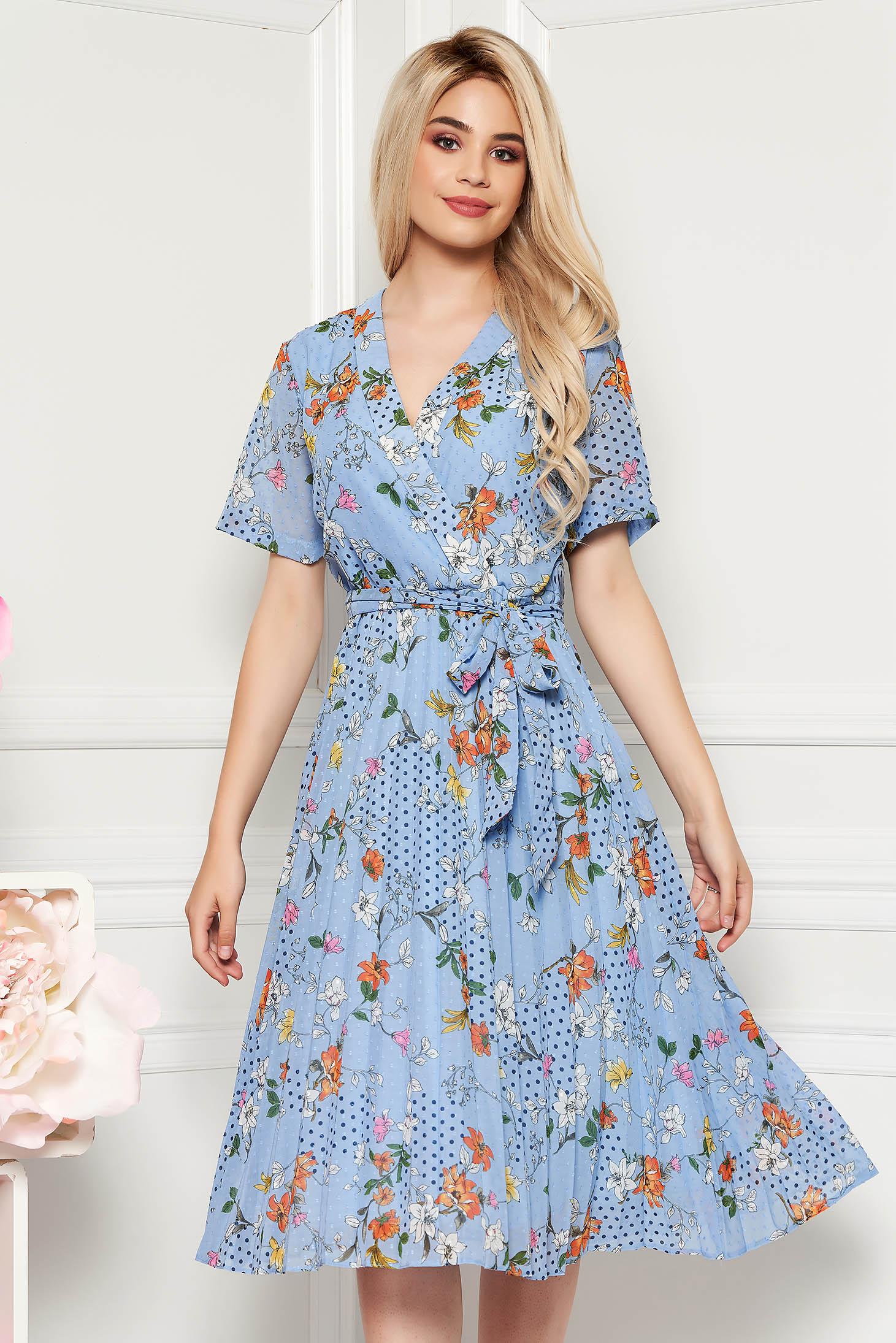 Rochie albastru-deschis de zi in clos cu decolteu in v din material vaporos cu imprimeu floral