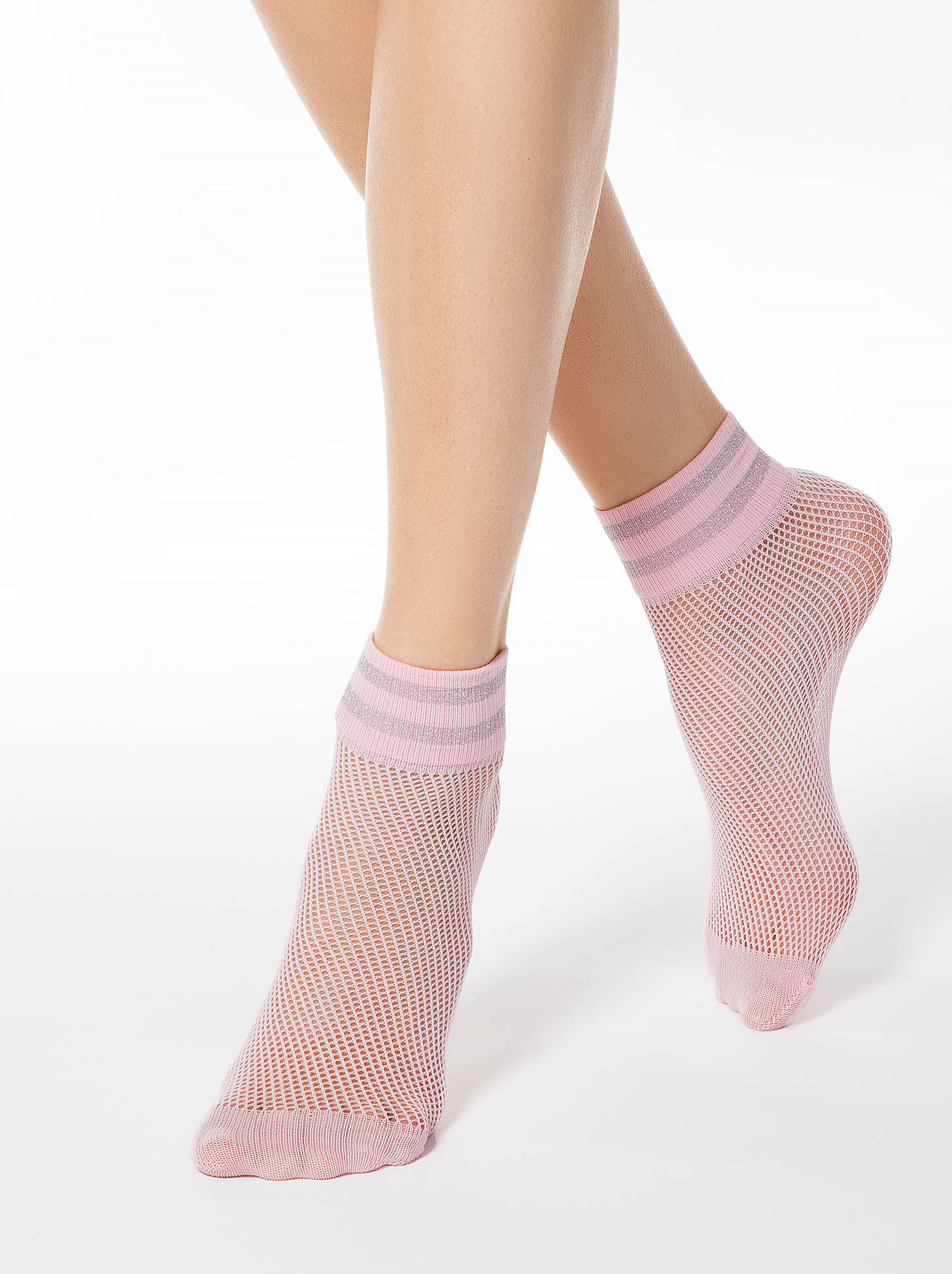 Sosete roz deschis din material elastic tip plasa si insertii de tesatura metalica cu luciu