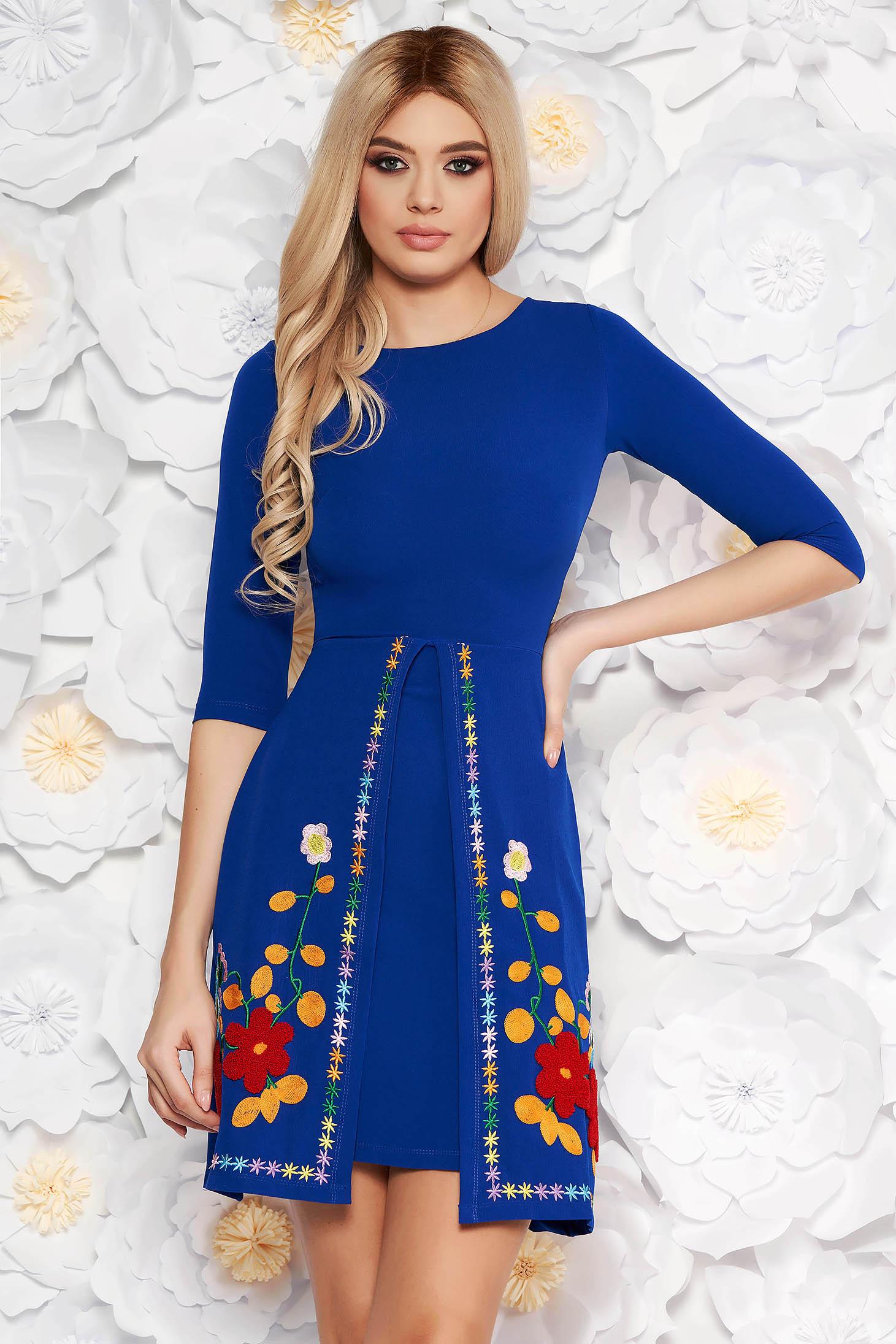 Rochie SunShine albastra scurta de zi in clos cu maneci trei-sferturi din material usor elastic cu insertii de broderie