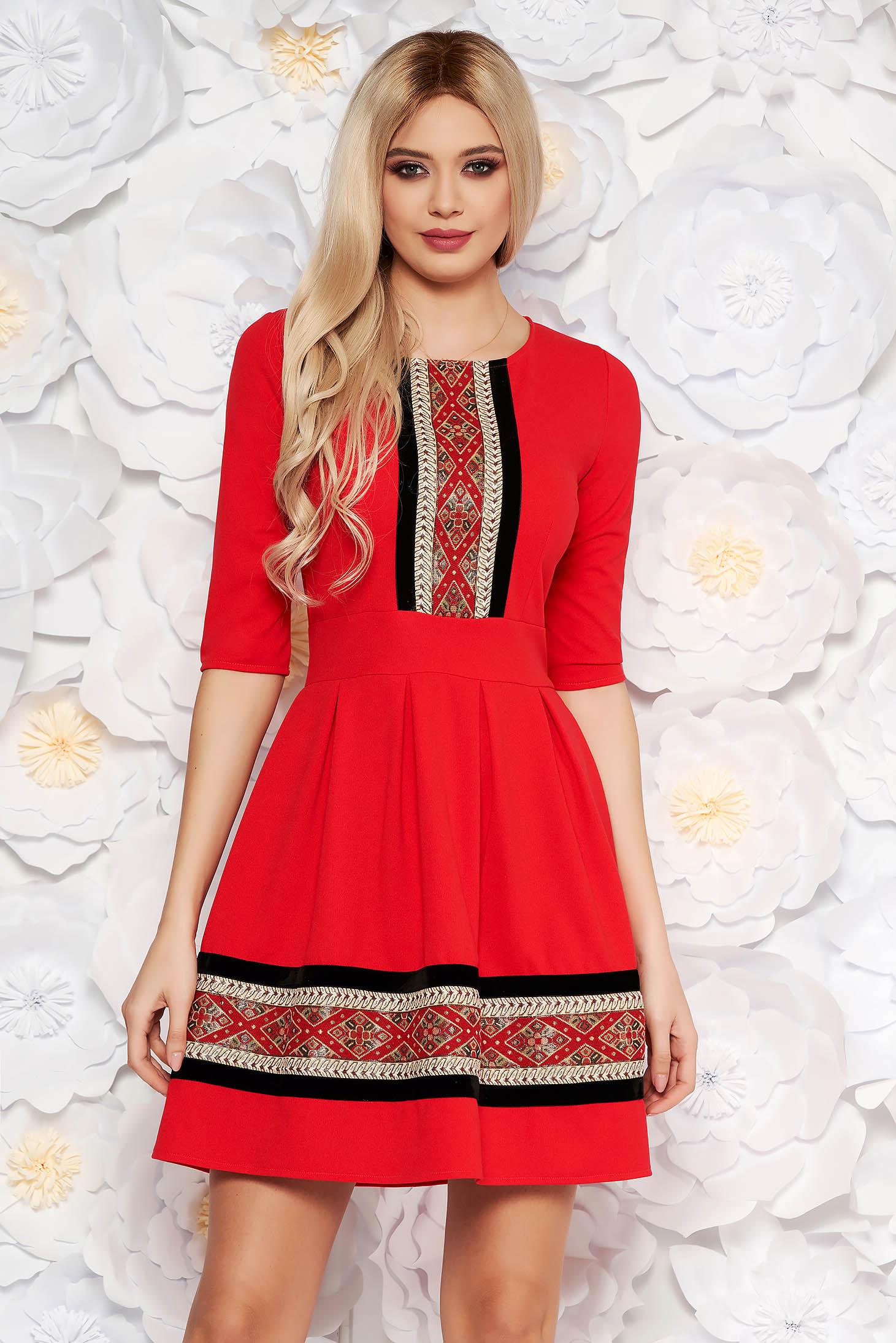Rochie rosie eleganta midi in clos din material elastic cu maneci trei-sferturi