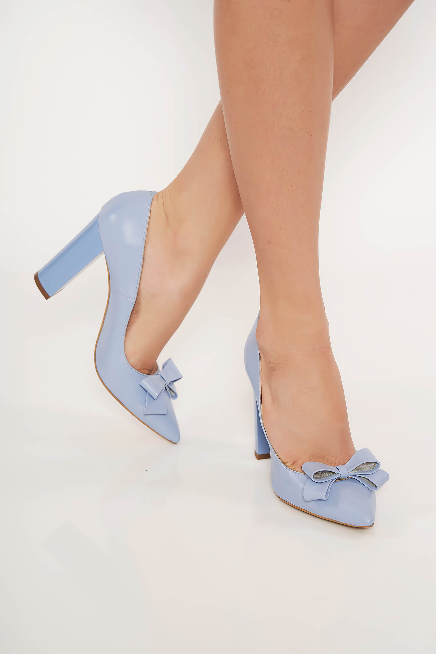 Világoskék irodai bőr cipő vastag sarokkal enyhén hegyes orral masni díszítéssel