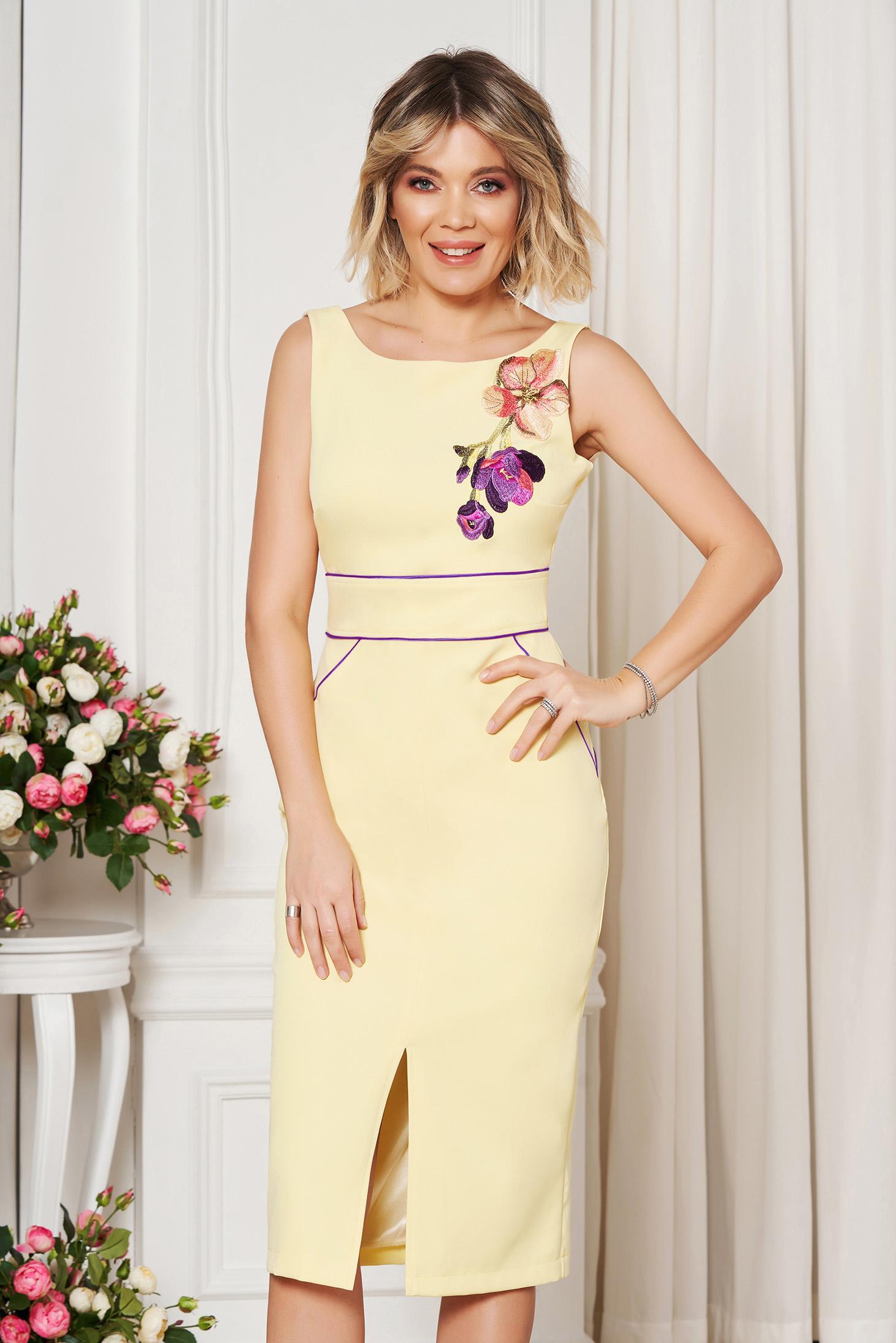 Sárga StarShinerS elegáns ruha szűk szabás hímzett betétekkel