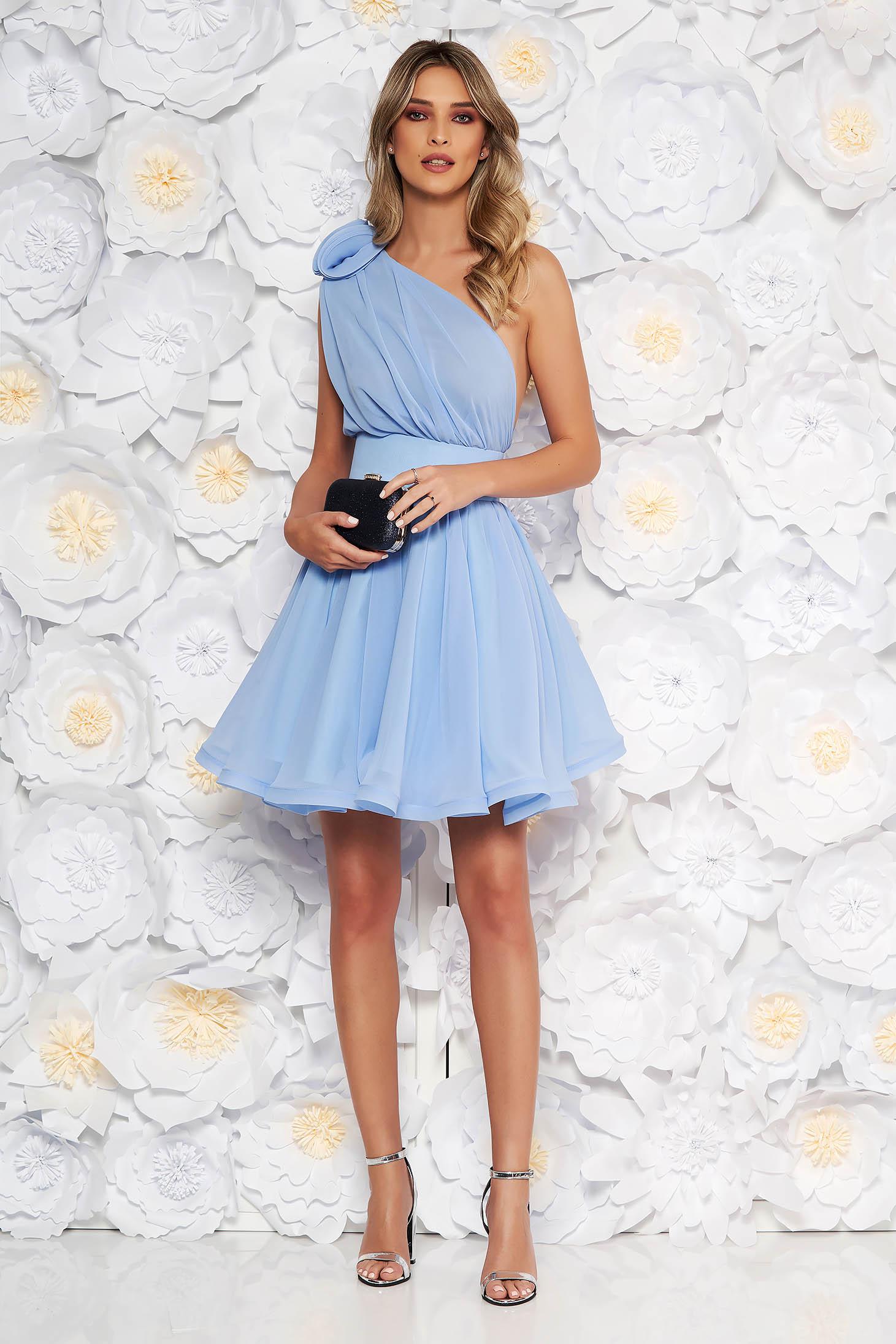 Rochie Ana Radu albastra-deschis de lux in clos din voal captusita pe interior accesorizata cu cordon