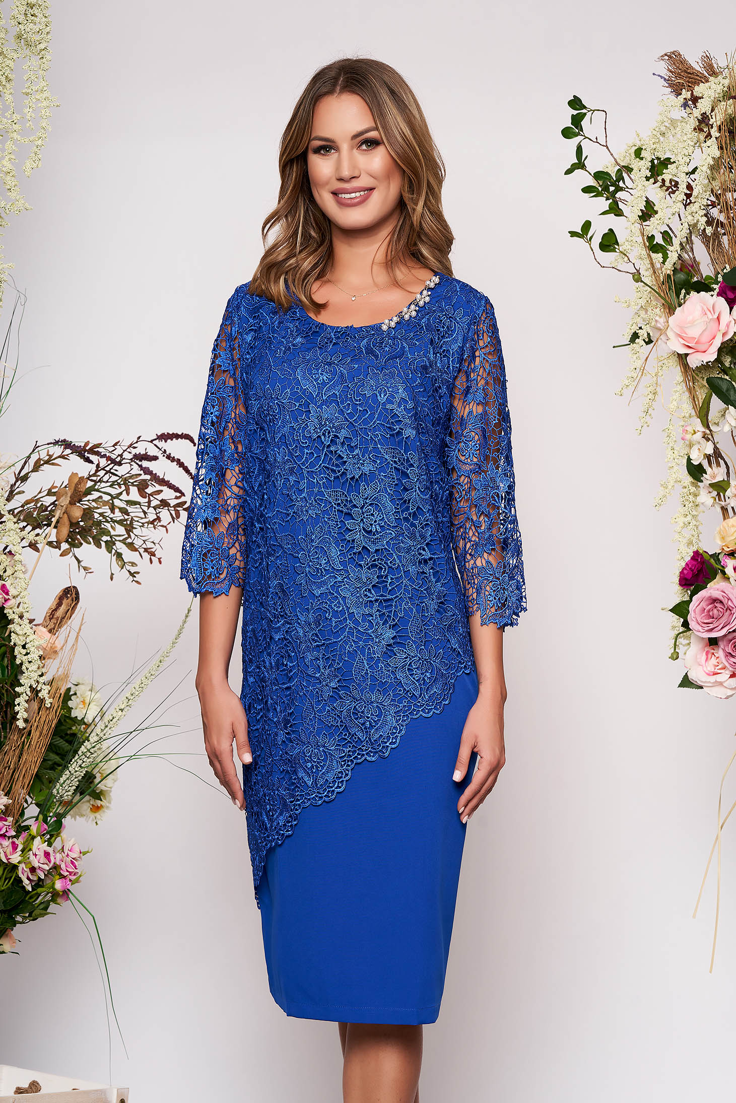Rochie albastra midi de ocazie cu un croi mulat din stofa usor elastica cu maneci trei sferturi si suprapunere cu dantela