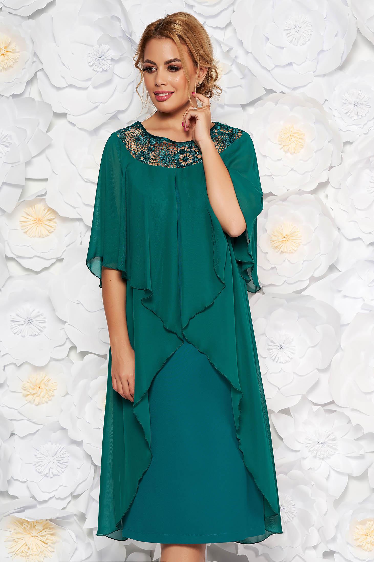 Rochie verde de ocazie cu un croi drept din stofa usor elastica si suprapunere cu voal