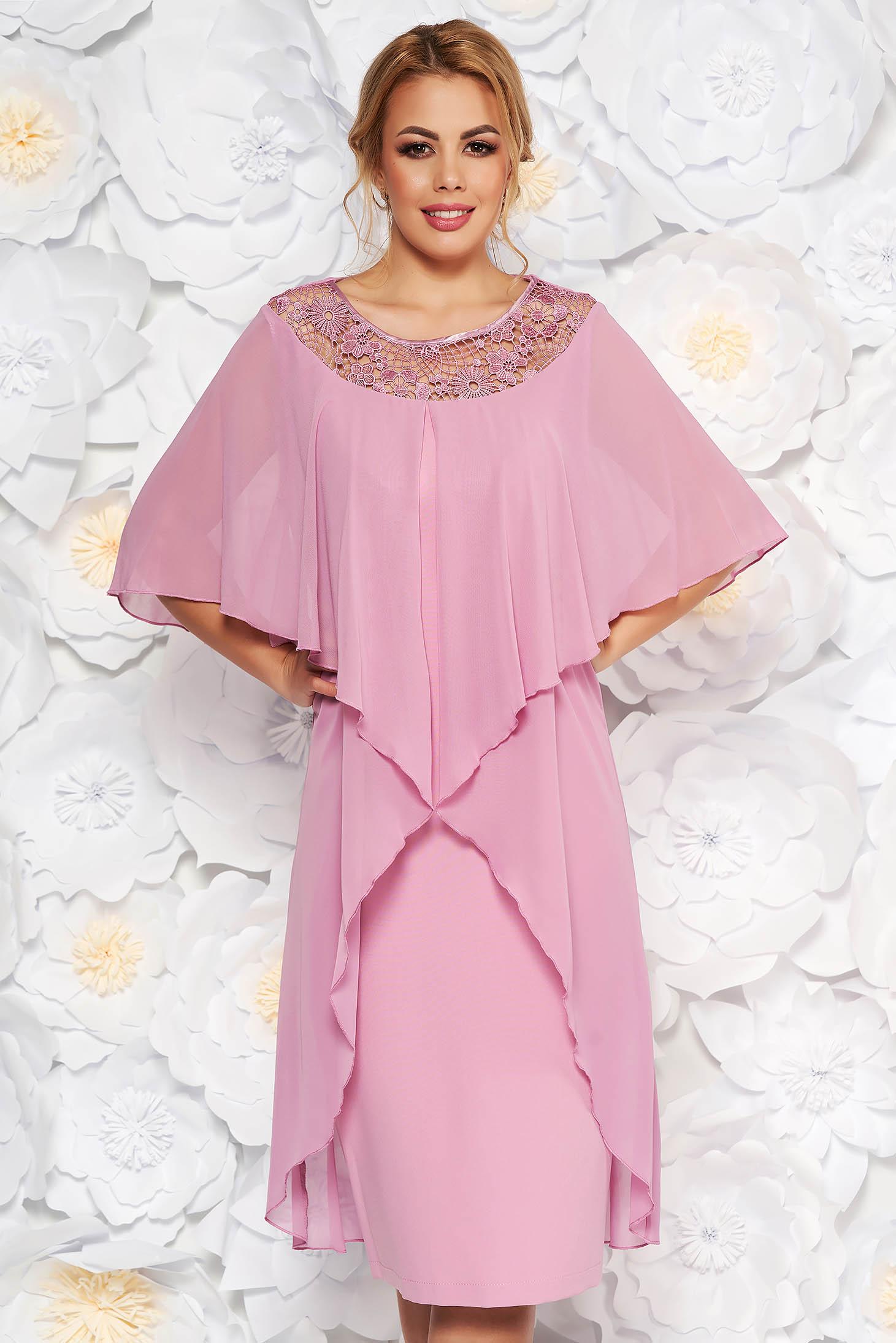 Rochie roz prafuit de ocazie cu un croi drept din stofa usor elastica si suprapunere cu voal