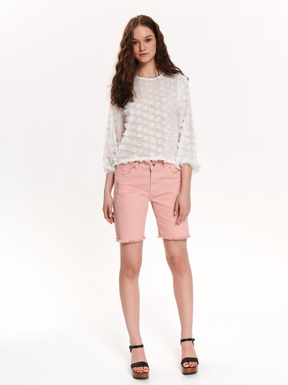 Pink casual rövidnadrág kisebb szakadásokkal az anyagban