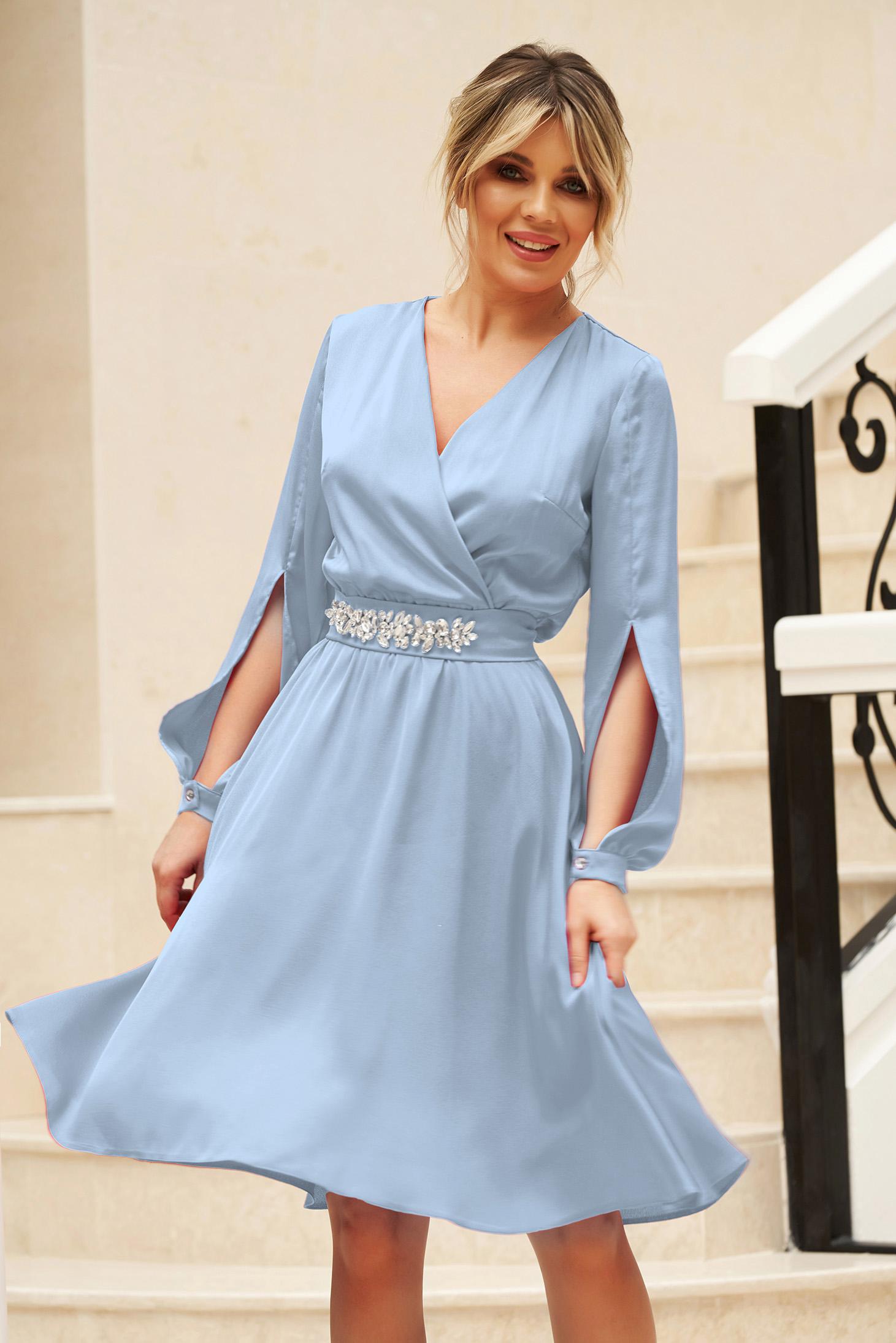 Kék StarShinerS elegáns harang ruha kivágott ujjrésszel v-dekoltázzsal övvel ellátva
