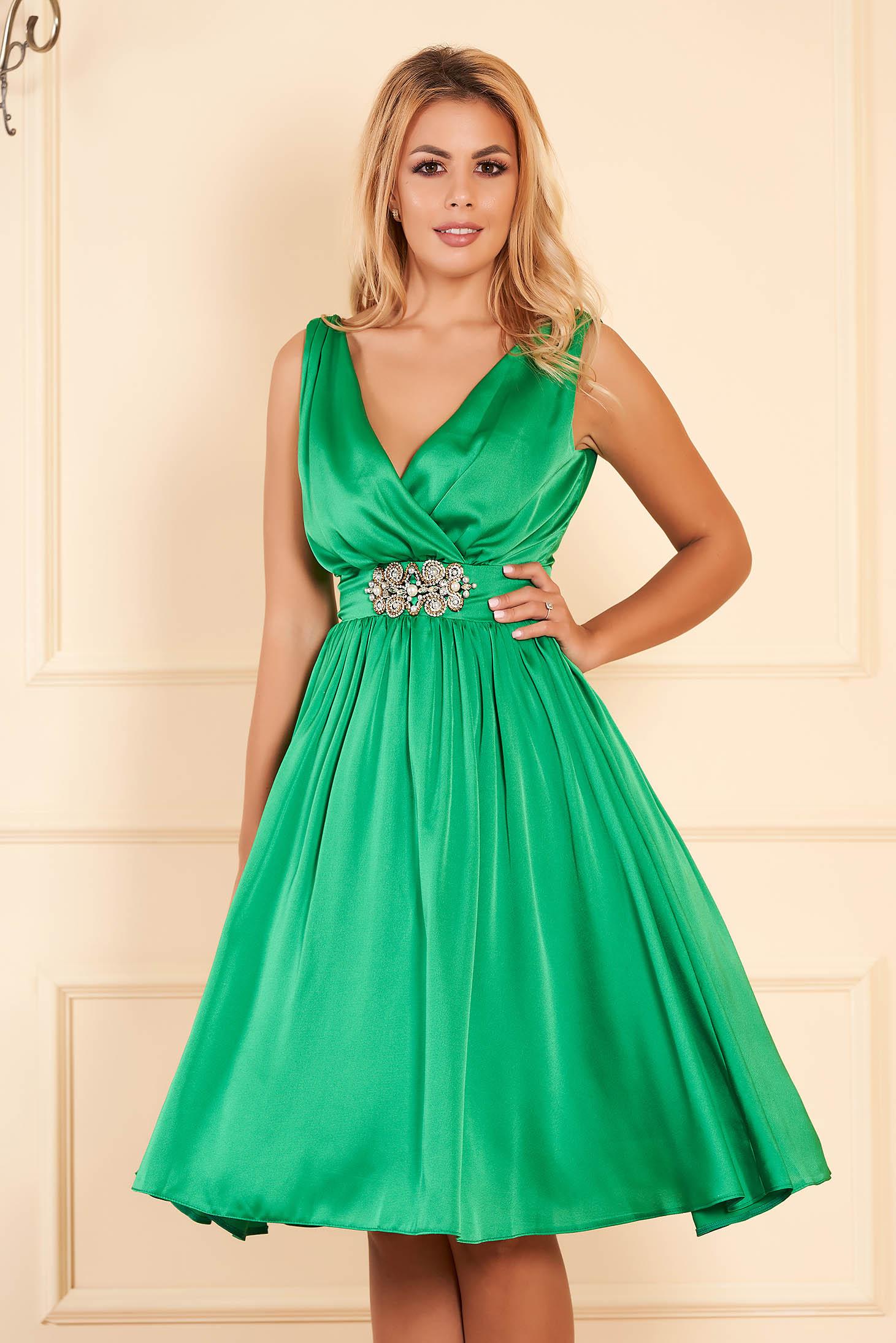 Zöld StarShinerS elegáns alkalmi midi ruha szaténból béléssel v-dekoltázzsal