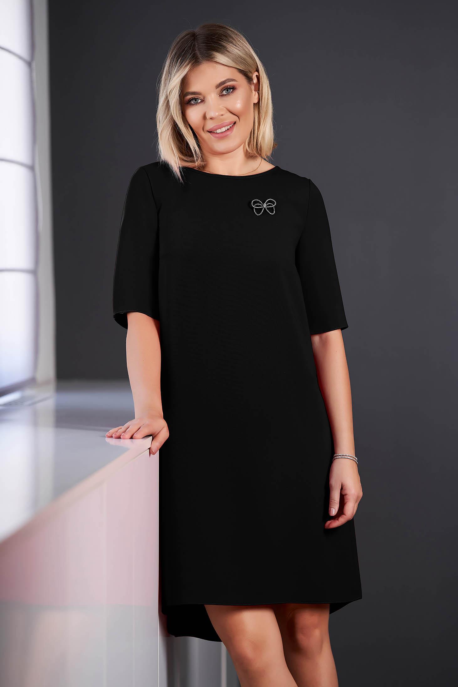 Rochie StarShinerS neagra eleganta asimetrica din stofa cu maneci scurte accesorizata cu brosa cu decolteu rotunjit