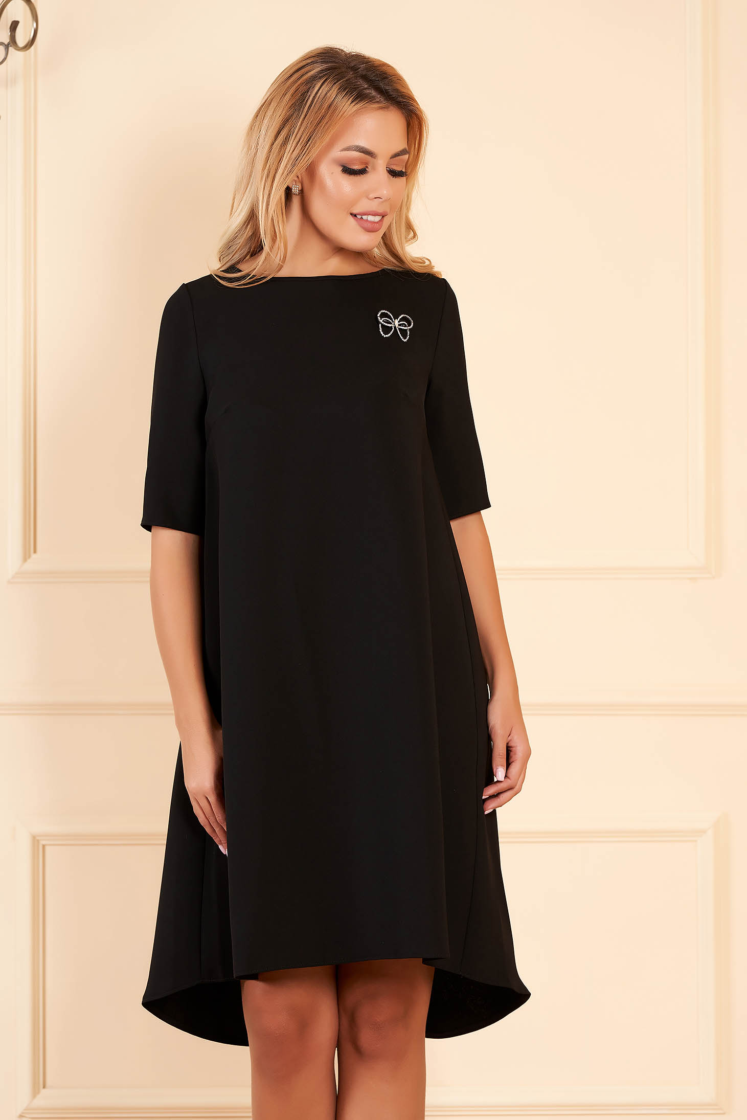 StarShinerS black dress elegant midi asymmetrical cloth short sleeves accessorized with breastpin with rounded cleavage