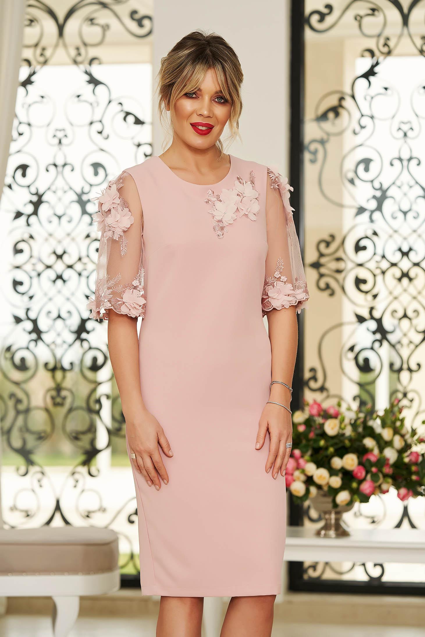 Rochie StarShinerS roz deschis eleganta midi cu un croi mulat din stofa usor elastica cu aplicatii cu pietre strass cu aplicatii florale detalii handmade