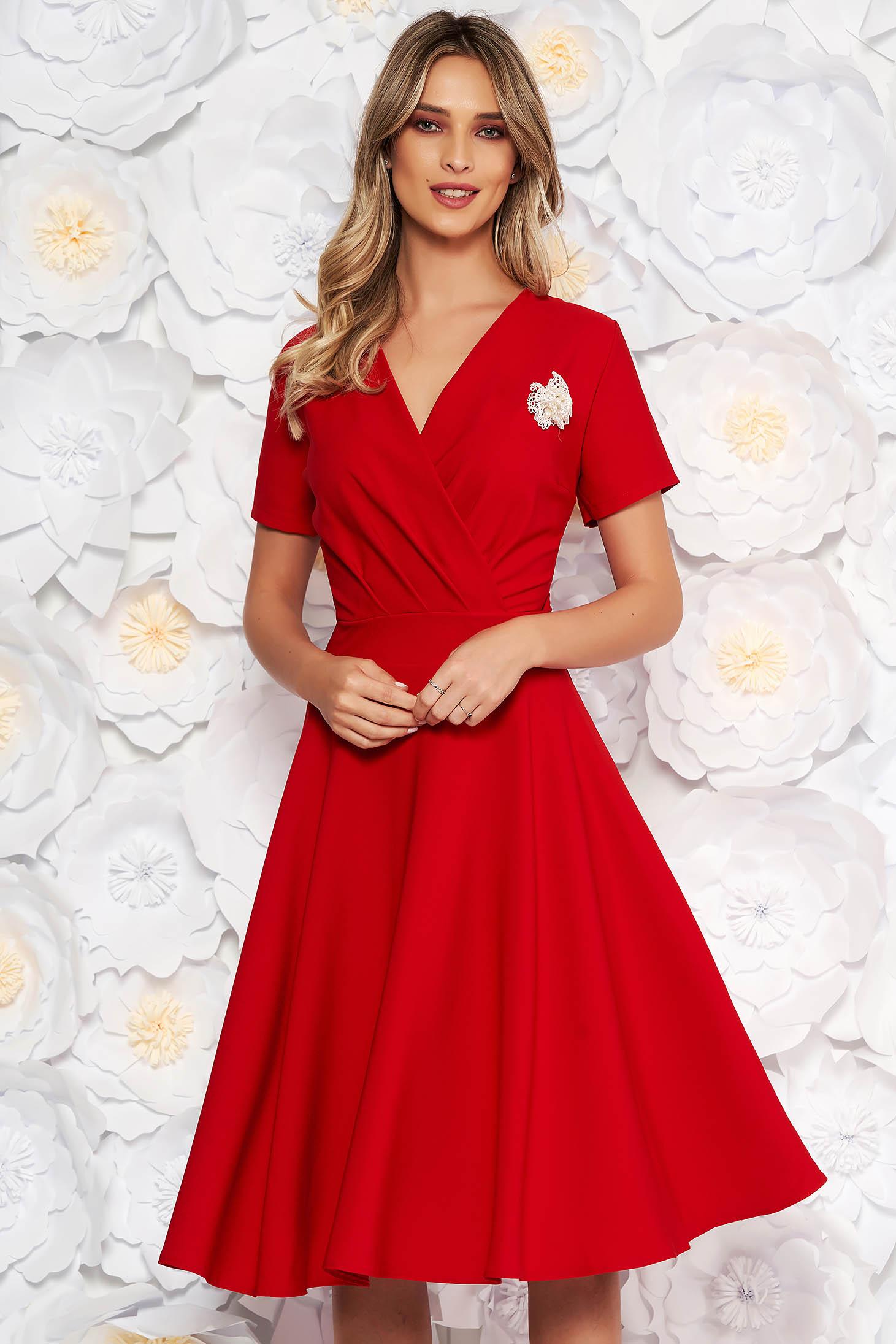 Rochie rosie eleganta in clos din stofa elastica subtire accesorizata cu brosa