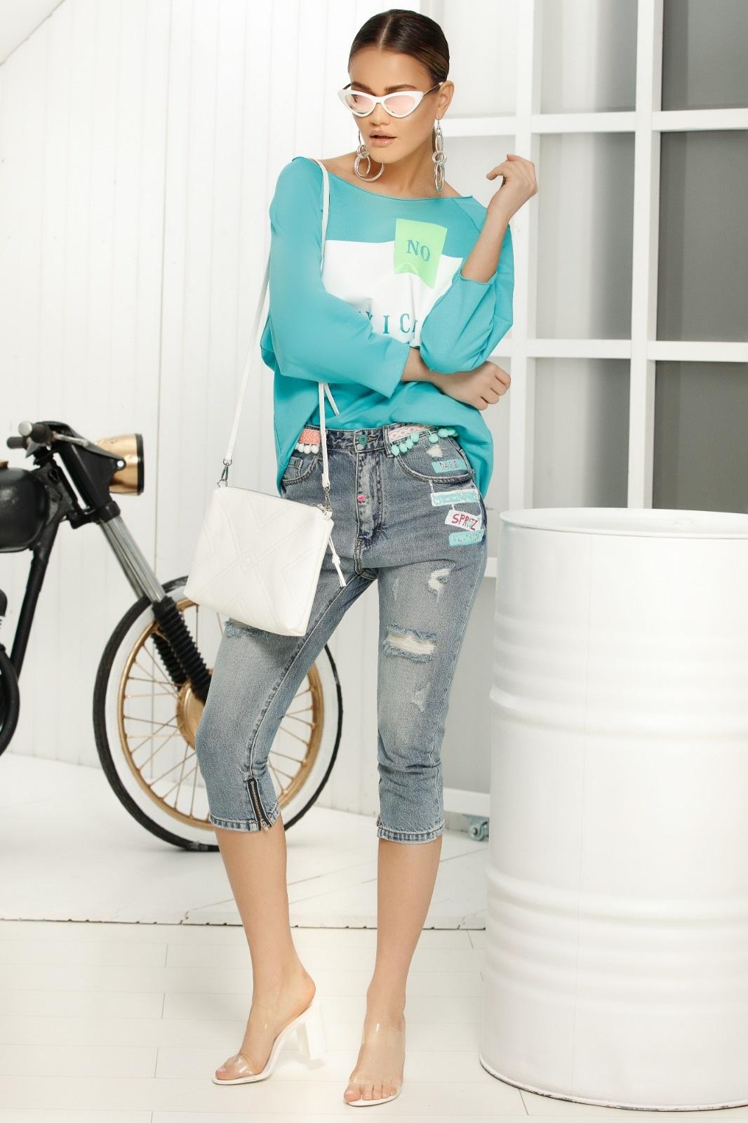 Blue casual jeans with medium waist 3/4 accesorissed with ruptures with medium waist