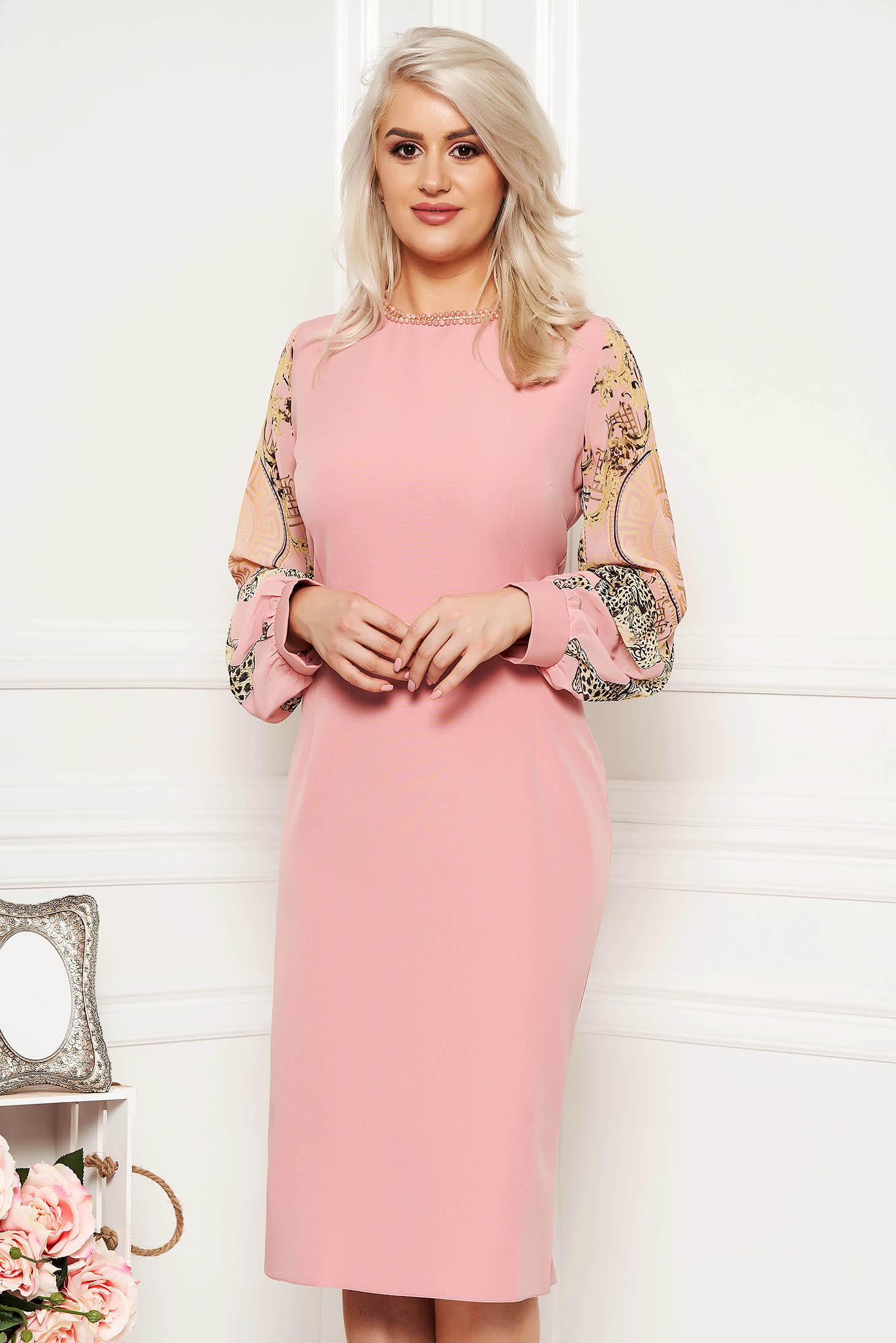 Rochie rosa de ocazie cu un croi mulat cu aplicatii cu margele maneci transparente